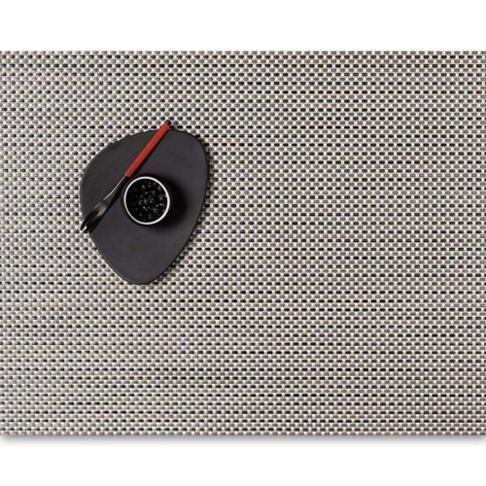 Салфетка подстановочная, жаккардовое плетение, винил, (36х48) Aluminum (100110-001) CHILEWICH Basketweave арт. 0025-BASK-ALUMСервировка стола<br>Салфетки и подставки для посуды от американского дизайнера Сэнди Чилевич, выполнены из виниловых нитей — современного материала, позволяющего создавать оригинальные текстуры изделий без ущерба для их долговечности. Возможно, именно в этом кроется главный секрет популярности этих стильных салфеток.<br>Впрочем, это не мешает подставочным салфеткам Chilewich оставаться достаточно демократичными, для того чтобы занять своё место и на вашем столе. Вашему вниманию предлагается широкий выбор вариантов дизайна спокойных тонов, способного органично вписаться практически в любой интерьер.<br><br>длина (см):48материал:винилпредметов в наборе (штук):1страна:СШАширина (см):36.0<br>Официальный продавец CHILEWICH<br>