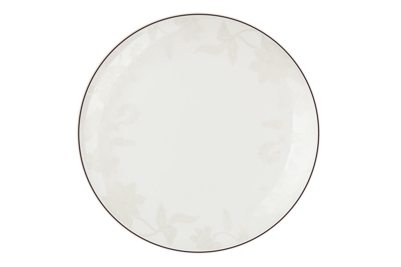 Набор из 6 тарелок Royal Aurel Белый лотос (25см) арт.609Наборы тарелок<br>Набор из 6 тарелок Royal Aurel Белый лотос (25см) арт.609<br>Производить посуду из фарфора начали в Китае на стыке 6-7 веков. Неустанно совершенствуя и селективно отбирая сырье для производства посуды из фарфора, мастерам удалось добиться выдающихся характеристик фарфора: белизны и тонкостенности. В XV веке появился особый интерес к китайской фарфоровой посуде, так как в это время Европе возникла мода на самобытные китайские вещи. Роскошный китайский фарфор являлся изыском и был в новинку, поэтому он выступал в качестве подарка королям, а также знатным людям. Такой дорогой подарок был очень престижен и по праву являлся элитной посудой. Как известно из многочисленных исторических документов, в Европе китайские изделия из фарфора ценились практически как золото. <br>Проверка изделий из костяного фарфора на подлинность <br>По сравнению с производством других видов фарфора процесс производства изделий из настоящего костяного фарфора сложен и весьма длителен. Посуда из изящного фарфора - это элитная посуда, которая всегда ассоциируется с богатством, величием и благородством. Несмотря на небольшую толщину, фарфоровая посуда - это очень прочное изделие. Для демонстрации плотности и прочности фарфора можно легко коснуться предметов посуды из фарфора деревянной палочкой, и тогда мы услушим характерный металлический звон. В составе фарфоровой посуды присутствует костяная зола, благодаря чему она может быть намного тоньше (не более 2,5 мм) и легче твердого или мягкого фарфора. Безупречная белизна - ключевой признак отличия такого фарфора от других. Цвет обычного фарфора сероватый или ближе к голубоватому, а костяной фарфор будет всегда будет молочно-белого цвета. Характерная и немаловажная деталь - это невесомая прозрачность изделий из фарфора такая, что сквозь него проходит свет.<br>