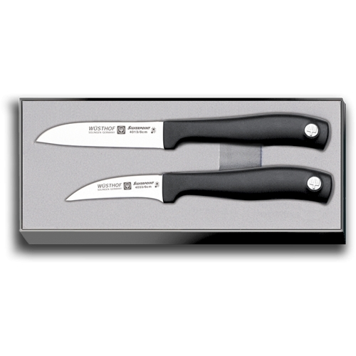 Набор из 2 ножей для чистки WUSTHOF Silverpoint арт. 9350Кухонные ножи WUSTHOF Silverpoint<br>Набор из 2 ножей для чистки WUSTHOF Silverpoint арт. 9350<br><br>В набор входит:<br><br>Нож кухонный овощной 8 см WUSTHOF Silverpoint (Золинген) арт. 4013<br>Нож кухонный для чистки 6 см WUSTHOF Silverpoint (Золинген) арт. 4033<br><br>Отличительные особенности<br>Что резать: подходит для чистки и нарезки овощей и фруктов.<br>Материал лезвия: сталь кованая, молибден-ванадиевая (X50 Cr Mo V 15) - отличается высочайшим уровнем прочности, обеспечивающимся наличием молибдена и ванадия в ее составе. Оптимальная для ножей твердость лезвия объясняется повышенным содержанием углерода в составе металла и особой технологией его термообработки. Сталь X50CrMoV15 благодаря наличию в ее составе хрома, отличается также повышенной стойкостью к коррозии.<br>Лезвия ножей из стали марки X50CrMoV15 долгое время не нуждаются в дополнительной заточке, они не темнеют и практически не подвержены окислению. Вне зависимости от интенсивности эксплуатации ножи сохраняют свой первозданный вид на протяжении всего срока их использования.<br>Материал рукоятки:полипропилен- представляет собой пластический материал, который устойчив к сгибанию и ударам, отличается стойкостью к износу, обладает в условиях разных температур положительными электроизоляционными свойствами. Полипропилен незначительно подвергается воздействию щелочей, а также растворов солей и кислот даже при высокой температуре, не изменяют его структуры и минеральные и растительные масла.<br>Этот материал может растворяться исключительно в ароматических и хлорированных углеводородах, при этом температура последних должна быть довольно высокой. Полипропилен легко хлорируется, его можно кристаллизовать и смешивать с красителями. Изделия из этого материала можно стерилизовать паром — это не повлечет за собой их деформацию или изменение механических свойств.<br>Кому подойдет:хорошее соотношение цена-качество, отлично подойдет как для домашнего испол