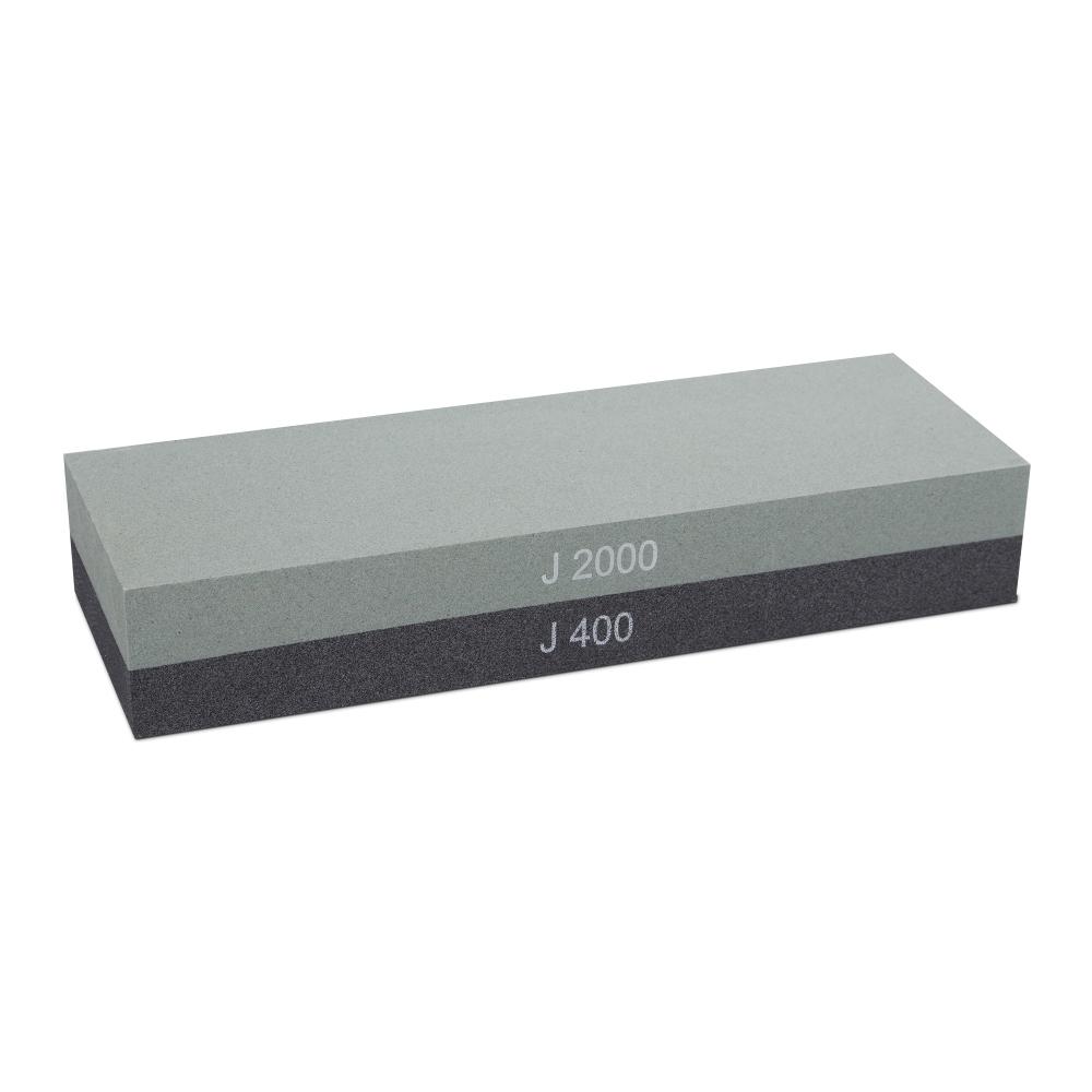 Камень точильный водный комбинированный #400/#2000 WUSTHOF арт. 4450Водные точильные камни<br>Инструкция<br>Точильные камни имеют разную степень зернистости: <br><br>грубые - зернистость до 1000 единиц - используются для восстановления правильного угла заточки и формы режущей кромки;<br>средние - зернистость 1000 - 3000 единиц - используются для заточки как таковой;<br>тонкие - выше 3000 единиц - используются для чистовой правки ножа.<br><br>Перед использованием точильного камня его необходимо полностью погрузить в воду на 10-15 минут. Во время заточки точильный камень должен быть немного влажным. <br>При заточке японских ножей с односторонней заточкой, сначала необходимо затачивать выступающий спуск, до появления равномерного заусенца, а только потом с небольшим нажимом несколько раз провести по камню вогнутой стороной. При заточке ножей с двухсторонне-симметричной заточкой, сначала затачивайте одну сторону, до появления заусенца, потом приступите к заточке другой стороны ножа. При необходимости повторите операции на более мелкозернистом камне. Затачивайте нож так долго, как это требуется для достижения остроты ножа.<br>При работе следите за тем, чтобы сохранялся первоначальный угол заточки в 15-17 градусов (для японских ножей) и 20-23 градуса (для европейских ножей), заданный при производстве.<br>
