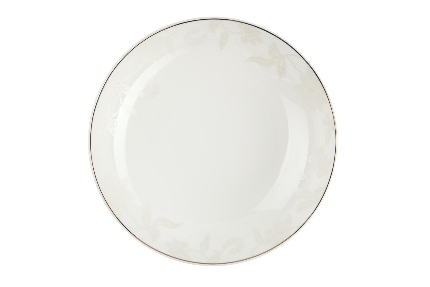 Набор из 6 тарелок суповых Royal Aurel Белый лотос (20см) арт.709Наборы тарелок<br>Набор из 6 тарелок суповых Royal Aurel Белый лотос (20см) арт.709<br>Производить посуду из фарфора начали в Китае на стыке 6-7 веков. Неустанно совершенствуя и селективно отбирая сырье для производства посуды из фарфора, мастерам удалось добиться выдающихся характеристик фарфора: белизны и тонкостенности. В XV веке появился особый интерес к китайской фарфоровой посуде, так как в это время Европе возникла мода на самобытные китайские вещи. Роскошный китайский фарфор являлся изыском и был в новинку, поэтому он выступал в качестве подарка королям, а также знатным людям. Такой дорогой подарок был очень престижен и по праву являлся элитной посудой. Как известно из многочисленных исторических документов, в Европе китайские изделия из фарфора ценились практически как золото. <br>Проверка изделий из костяного фарфора на подлинность <br>По сравнению с производством других видов фарфора процесс производства изделий из настоящего костяного фарфора сложен и весьма длителен. Посуда из изящного фарфора - это элитная посуда, которая всегда ассоциируется с богатством, величием и благородством. Несмотря на небольшую толщину, фарфоровая посуда - это очень прочное изделие. Для демонстрации плотности и прочности фарфора можно легко коснуться предметов посуды из фарфора деревянной палочкой, и тогда мы услушим характерный металлический звон. В составе фарфоровой посуды присутствует костяная зола, благодаря чему она может быть намного тоньше (не более 2,5 мм) и легче твердого или мягкого фарфора. Безупречная белизна - ключевой признак отличия такого фарфора от других. Цвет обычного фарфора сероватый или ближе к голубоватому, а костяной фарфор будет всегда будет молочно-белого цвета. Характерная и немаловажная деталь - это невесомая прозрачность изделий из фарфора такая, что сквозь него проходит свет.<br>