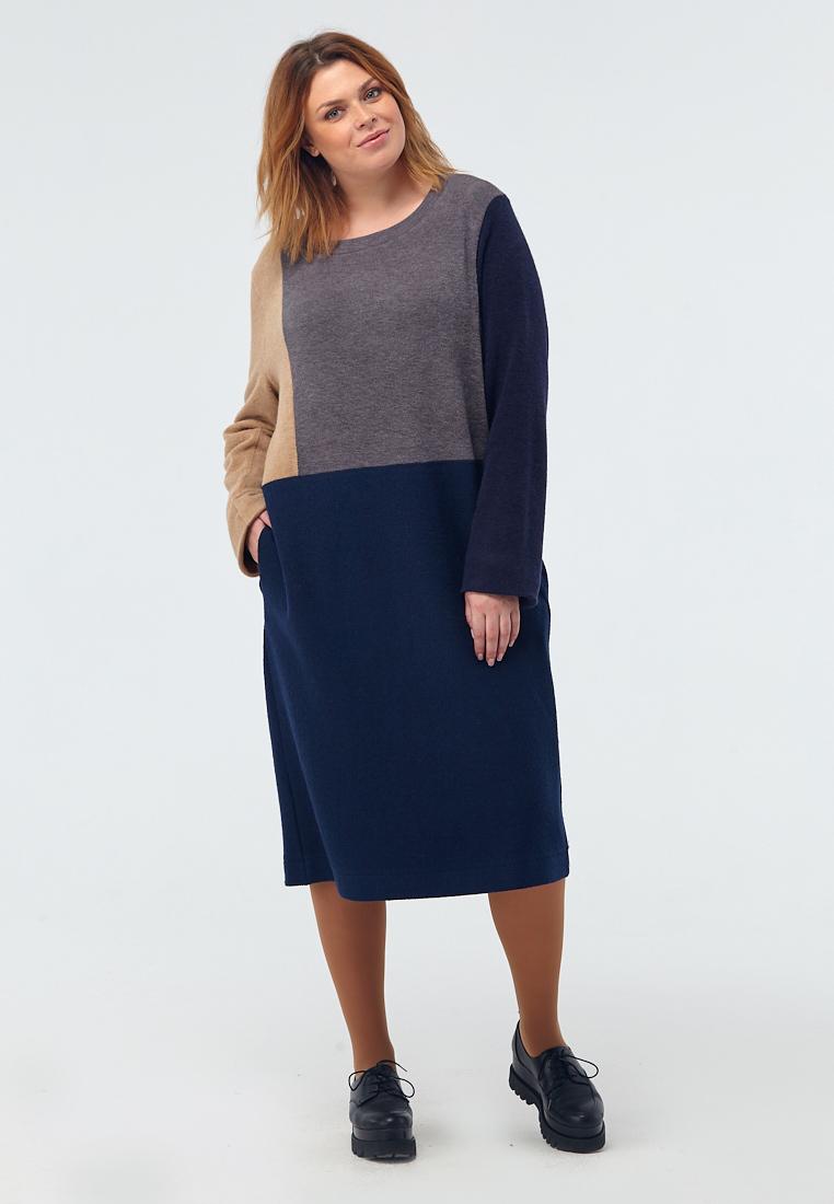 Платье W11 D12 20/06Новинки<br>Знаете это потрясающее ощущение, когда солнечные лучи внезапно прорезают серый зимний день, и кажется – вот оно, время для обновления! Ну, или для обновок. Свободное трикотажное платье, на подкладке из нежного штапеля, прямого кроя, с округлым вырезом, абсолютно удобное, идеально сидящее, соединившее в себе синий, серый и неожиданно контрастный бежевый – отличный выбор, когда душа просит чего-то новенького.  Рост модели на фото 176 см, размер 52 (российский).<br>