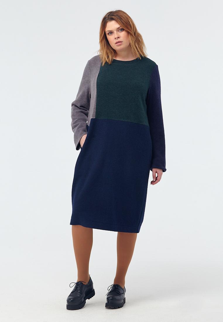 Платье W11 D12 20/34Новинки<br>А иногда не хочется никуда спешить, хочется одеваться в теплое и уютное, размышлять о приятном, говорить о простом и чаще видеться с близкими. Свободное трикотажное платье прямого кроя, с округлым вырезом, на подкладке из нежнейшего штапеля, глубоких умиротворяющих цветов – синий, серый, зеленый – находка для таких «медленных» дней. Рост модели на фото 176 см, размер 52 (российский).<br>
