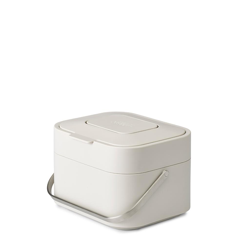 Контейнер для пищевых отходов Joseph Joseph Stack 4 белый 30015Кухонные принадлежности Joseph Joseph (Великобритания)<br>Контейнер, разработанный с целью минимизировать возникновение неприятных запахов от пищевых отходов. <br>Инновационная вентилируемая конструкция позволяет воздуху циркулировать внутри емкости, что способствует уменьшению влажности. Освежающий фильтр впитывает неприятные запахи. Крышка плотно закрывается, не выпуская запахи наружу. Ручка из нержавеющей стали обеспечивает удобство при переноске. <br>Таким образом, во время приготовления пищи контейнер можно установить на рабочий стол, а затем убрать в укромное место. Корпус из полипропилена очень легко очищается. Специальные отверстия и съемный ободок по краям контейнера аккуратно удерживают мусорный мешок.<br>Официальный продавец<br>