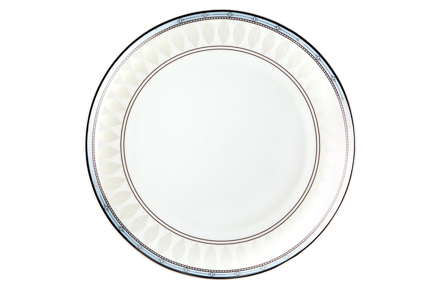 Набор из 6 тарелок Royal Aurel Британия (20см) арт.507Наборы тарелок<br>Набор из 6 тарелок Royal Aurel Британия (20см) арт.507<br>Производить посуду из фарфора начали в Китае на стыке 6-7 веков. Неустанно совершенствуя и селективно отбирая сырье для производства посуды из фарфора, мастерам удалось добиться выдающихся характеристик фарфора: белизны и тонкостенности. В XV веке появился особый интерес к китайской фарфоровой посуде, так как в это время Европе возникла мода на самобытные китайские вещи. Роскошный китайский фарфор являлся изыском и был в новинку, поэтому он выступал в качестве подарка королям, а также знатным людям. Такой дорогой подарок был очень престижен и по праву являлся элитной посудой. Как известно из многочисленных исторических документов, в Европе китайские изделия из фарфора ценились практически как золото. <br>Проверка изделий из костяного фарфора на подлинность <br>По сравнению с производством других видов фарфора процесс производства изделий из настоящего костяного фарфора сложен и весьма длителен. Посуда из изящного фарфора - это элитная посуда, которая всегда ассоциируется с богатством, величием и благородством. Несмотря на небольшую толщину, фарфоровая посуда - это очень прочное изделие. Для демонстрации плотности и прочности фарфора можно легко коснуться предметов посуды из фарфора деревянной палочкой, и тогда мы услушим характерный металлический звон. В составе фарфоровой посуды присутствует костяная зола, благодаря чему она может быть намного тоньше (не более 2,5 мм) и легче твердого или мягкого фарфора. Безупречная белизна - ключевой признак отличия такого фарфора от других. Цвет обычного фарфора сероватый или ближе к голубоватому, а костяной фарфор будет всегда будет молочно-белого цвета. Характерная и немаловажная деталь - это невесомая прозрачность изделий из фарфора такая, что сквозь него проходит свет.<br>