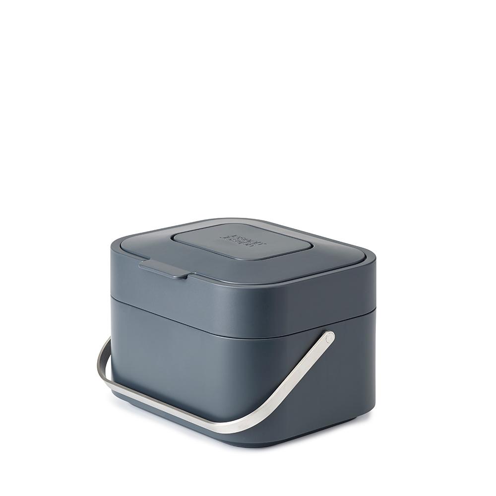 Контейнер для пищевых отходов Joseph Joseph Stack 4 графит 30016Кухонные принадлежности Joseph Joseph (Великобритания)<br>Контейнер, разработанный с целью минимизировать возникновение неприятных запахов от пищевых отходов. <br>Инновационная вентилируемая конструкция позволяет воздуху циркулировать внутри емкости, что способствует уменьшению влажности. Освежающий фильтр впитывает неприятные запахи. Крышка плотно закрывается, не выпуская запахи наружу. Ручка из нержавеющей стали обеспечивает удобство при переноске. <br>Таким образом, во время приготовления пищи контейнер можно установить на рабочий стол, а затем убрать в укромное место. Корпус из полипропилена очень легко очищается. Специальные отверстия и съемный ободок по краям контейнера аккуратно удерживают мусорный мешок.<br>Официальный продавец<br>