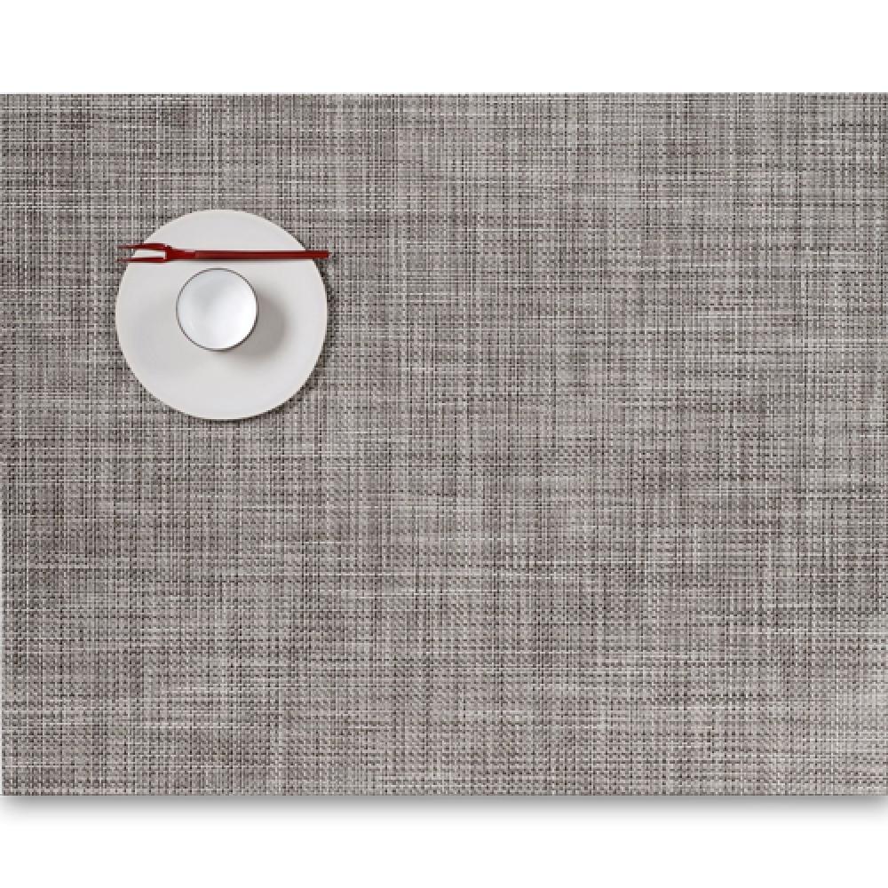 Салфетка подстановочная, жаккардовое плетение, винил, (36х48) Gravel (100132-010) CHILEWICH Mini Basketweave арт. 0025-MNBK-GRAVСервировка стола<br>Салфетки и подставки для посуды от американского дизайнера Сэнди Чилевич, выполнены из виниловых нитей — современного материала, позволяющего создавать оригинальные текстуры изделий без ущерба для их долговечности. Возможно, именно в этом кроется главный секрет популярности этих стильных салфеток.<br>Впрочем, это не мешает подставочным салфеткам Chilewich оставаться достаточно демократичными, для того чтобы занять своё место и на вашем столе. Вашему вниманию предлагается широкий выбор вариантов дизайна спокойных тонов, способного органично вписаться практически в любой интерьер.<br><br>длина (см):48материал:винилпредметов в наборе (штук):1страна:СШАширина (см):36.0<br>Официальный продавец CHILEWICH<br>
