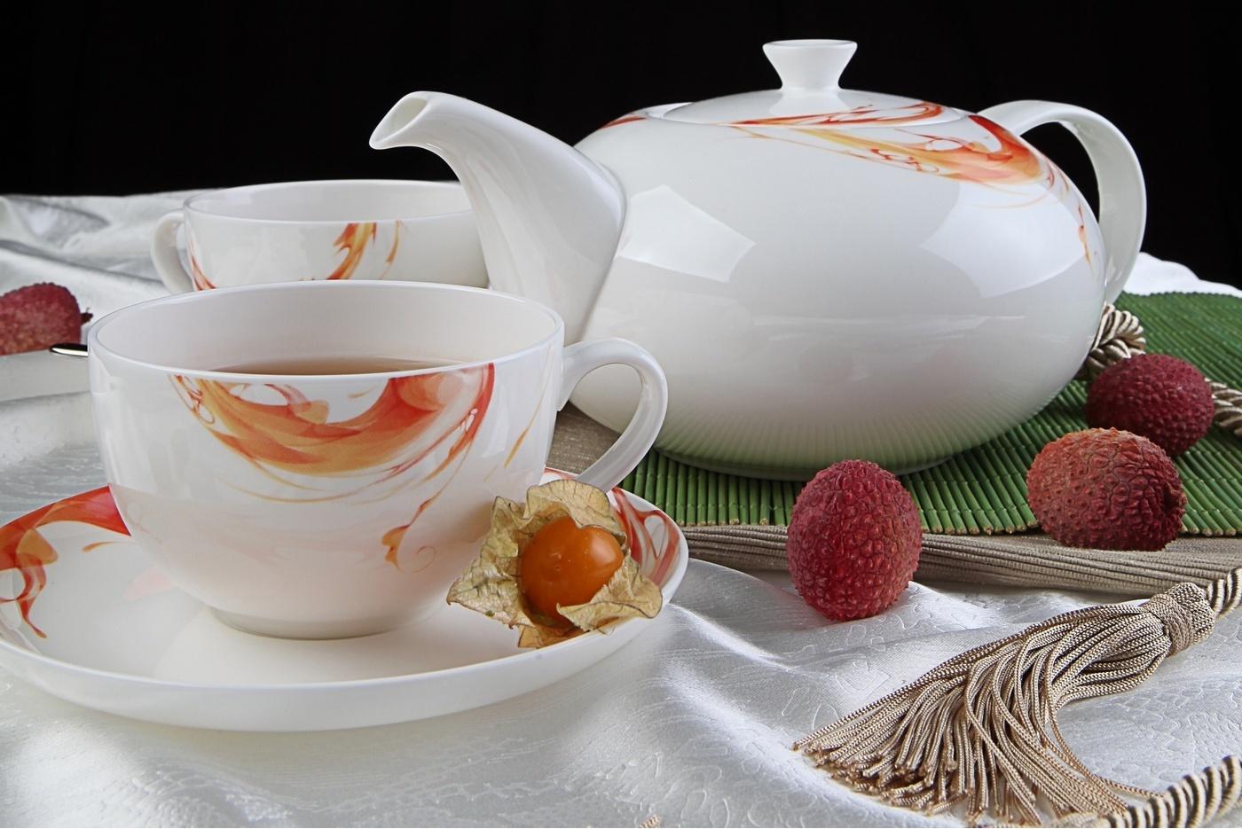 Чайный сервиз Royal Aurel Фиеста арт.135, 13 предметовЧайные сервизы<br>Чайный сервиз Royal Aurel Фиеста арт.135, 13 предметов<br><br><br><br><br><br><br><br><br><br><br>Чашка 300 мл,6 шт.<br>Блюдце 15 см,6 шт.<br>Чайник 1300 мл<br><br><br><br><br><br><br>Производить посуду из фарфора начали в Китае на стыке 6-7 веков. Неустанно совершенствуя и селективно отбирая сырье для производства посуды из фарфора, мастерам удалось добиться выдающихся характеристик фарфора: белизны и тонкостенности. В XV веке появился особый интерес к китайской фарфоровой посуде, так как в это время Европе возникла мода на самобытные китайские вещи. Роскошный китайский фарфор являлся изыском и был в новинку, поэтому он выступал в качестве подарка королям, а также знатным людям. Такой дорогой подарок был очень престижен и по праву являлся элитной посудой. Как известно из многочисленных исторических документов, в Европе китайские изделия из фарфора ценились практически как золото. <br>Проверка изделий из костяного фарфора на подлинность <br>По сравнению с производством других видов фарфора процесс производства изделий из настоящего костяного фарфора сложен и весьма длителен. Посуда из изящного фарфора - это элитная посуда, которая всегда ассоциируется с богатством, величием и благородством. Несмотря на небольшую толщину, фарфоровая посуда - это очень прочное изделие. Для демонстрации плотности и прочности фарфора можно легко коснуться предметов посуды из фарфора деревянной палочкой, и тогда мы услушим характерный металлический звон. В составе фарфоровой посуды присутствует костяная зола, благодаря чему она может быть намного тоньше (не более 2,5 мм) и легче твердого или мягкого фарфора. Безупречная белизна - ключевой признак отличия такого фарфора от других. Цвет обычного фарфора сероватый или ближе к голубоватому, а костяной фарфор будет всегда будет молочно-белого цвета. Характерная и немаловажная деталь - это невесомая прозрачность изделий из фарфора такая, что сквозь него проходит свет.<br>