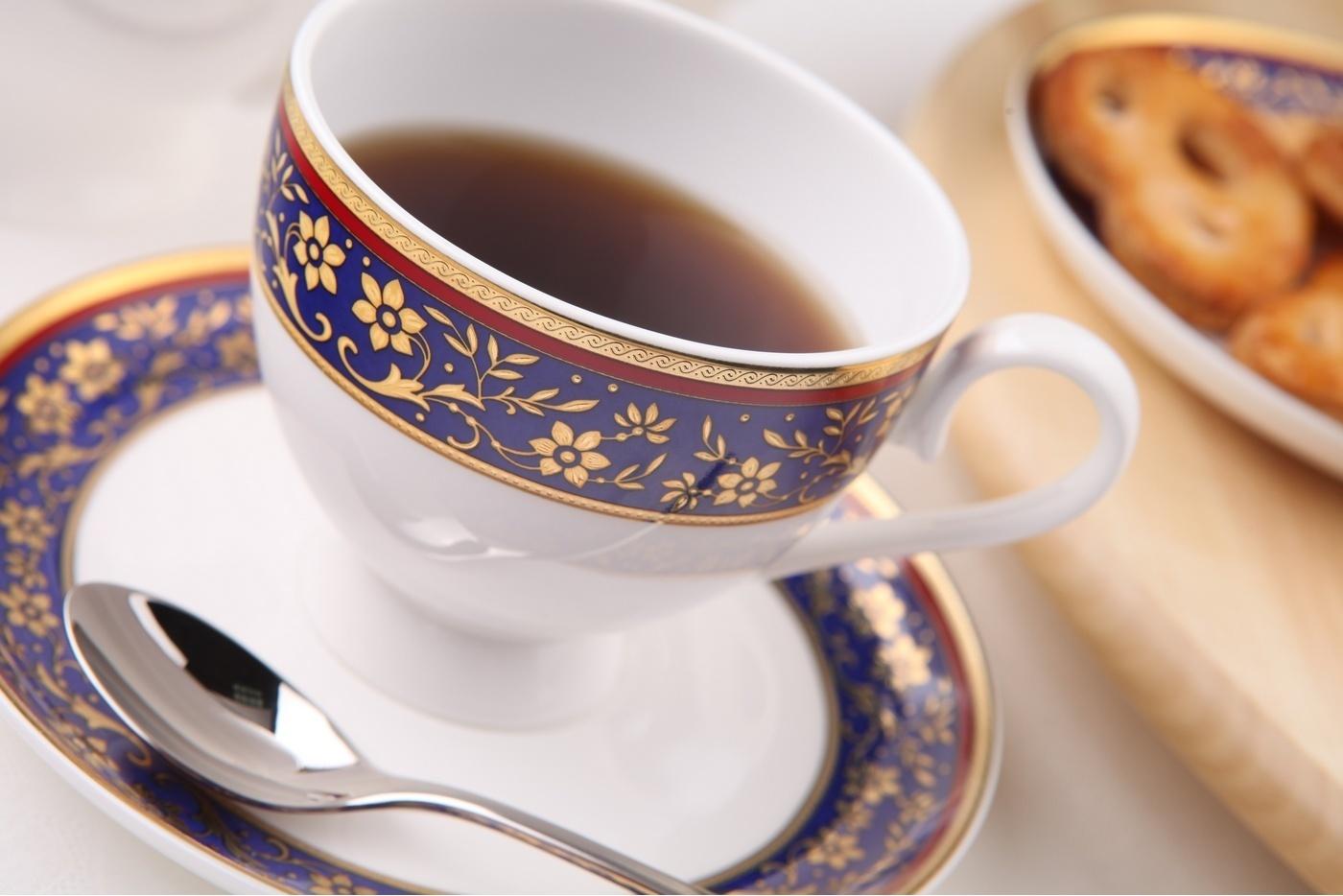 Чайный сервиз Royal Aurel Кобальт арт.120, 15 предметовЧайные сервизы<br>Чайный сервиз Royal Aurel Кобальт арт.120, 15 предметов<br><br><br><br><br><br><br><br><br><br><br>Чашка 270 мл,6 шт.<br>Блюдце 15 см,6 шт.<br>Чайник 1100 мл<br>Сахарница 370 мл<br><br><br><br><br><br><br><br><br>Молочник 300 мл<br><br><br><br><br><br><br><br><br>Производить посуду из фарфора начали в Китае на стыке 6-7 веков. Неустанно совершенствуя и селективно отбирая сырье для производства посуды из фарфора, мастерам удалось добиться выдающихся характеристик фарфора: белизны и тонкостенности. В XV веке появился особый интерес к китайской фарфоровой посуде, так как в это время Европе возникла мода на самобытные китайские вещи. Роскошный китайский фарфор являлся изыском и был в новинку, поэтому он выступал в качестве подарка королям, а также знатным людям. Такой дорогой подарок был очень престижен и по праву являлся элитной посудой. Как известно из многочисленных исторических документов, в Европе китайские изделия из фарфора ценились практически как золото. <br>Проверка изделий из костяного фарфора на подлинность <br>По сравнению с производством других видов фарфора процесс производства изделий из настоящего костяного фарфора сложен и весьма длителен. Посуда из изящного фарфора - это элитная посуда, которая всегда ассоциируется с богатством, величием и благородством. Несмотря на небольшую толщину, фарфоровая посуда - это очень прочное изделие. Для демонстрации плотности и прочности фарфора можно легко коснуться предметов посуды из фарфора деревянной палочкой, и тогда мы услушим характерный металлический звон. В составе фарфоровой посуды присутствует костяная зола, благодаря чему она может быть намного тоньше (не более 2,5 мм) и легче твердого или мягкого фарфора. Безупречная белизна - ключевой признак отличия такого фарфора от других. Цвет обычного фарфора сероватый или ближе к голубоватому, а костяной фарфор будет всегда будет молочно-белого цвета. Характерная и немаловажная деталь - это нев