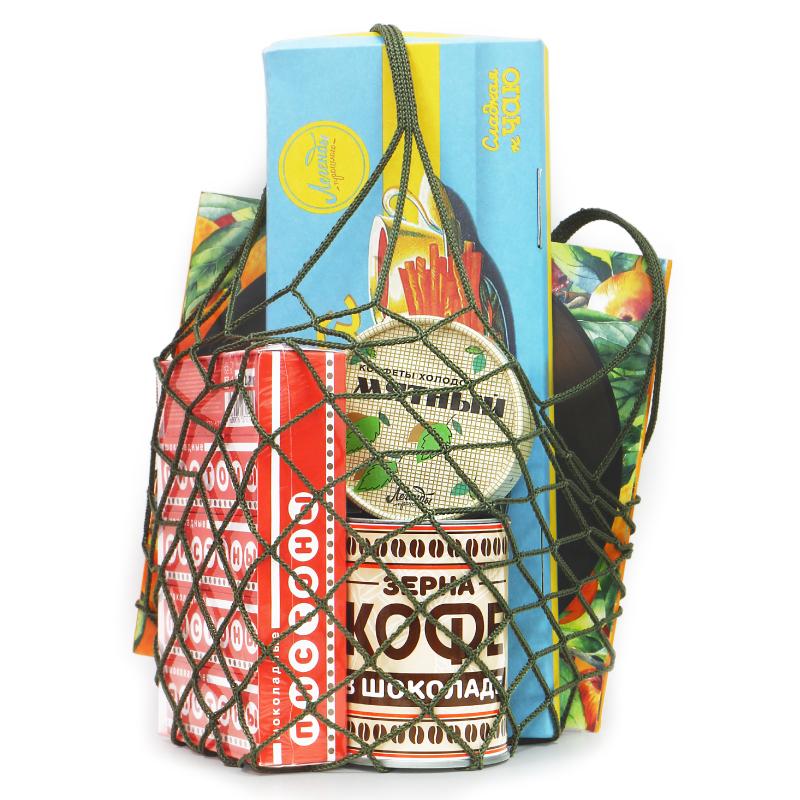 Набор в авоське «Легенды прошлого» (#1)Родителям<br>Набор сладостей из детства (а может из молодости) в той самой сетчатой сумке-авоське. Прыжок в советское время!<br>Что внутри?<br><br>Ароматная соломка – кондитерские палочки – целая пачка! (арт.10000748)<br>Зерна кофе в шоколаде – бодрость с шоколадным вкусом (арт.10000725)<br>Шоколадные пистоны «Взрывная карамель» (блок 15 шт.) – да, это можно есть! (арт.10000751)<br>Натуральная яблочная пастила с ароматом вишни (арт.10000730)<br>Авоська – сетчатая советская сумка (арт.10000761)<br><br>Кому подарить?<br><br>Бабушке и дедушке. Им то уж точно понравиться :-) Дизайн, а точнее упаковка, совершенно та, что они помнят<br>Маме и папе. Мама и папа, конечно молодые еще, но не исключено, что они узнают всю авоську с ее приятными сюрпризами<br>Друзьям. Они выходцы советского времени? Этот подарок для них. Они еще юны? Тогда угостите их вкуснейшими и полезными лакомствами из детства родителей или бабушек и дедушек.<br>Себе. Полакомиться натуральными и вкусными угощениями. А может, тоже ностальгия?<br><br>Вес набора: 970 гр.<br>