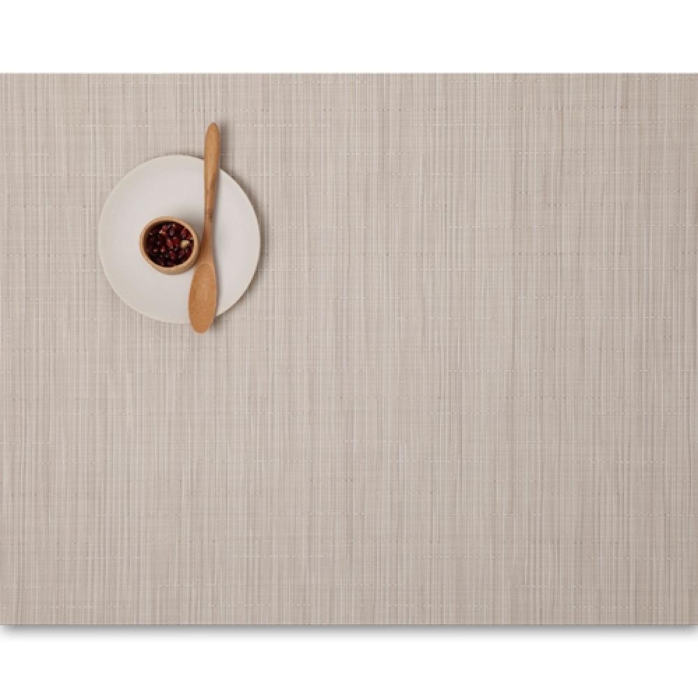 Салфетка подстановочная, жаккардовое плетение, винил, (36х48) Chino (100105-007) CHILEWICH Bamboo арт. 0025-BAMB-CHINСервировка стола<br>Салфетки и подставки для посуды от американского дизайнера Сэнди Чилевич, выполнены из виниловых нитей — современного материала, позволяющего создавать оригинальные текстуры изделий без ущерба для их долговечности. Возможно, именно в этом кроется главный секрет популярности этих стильных салфеток.<br>Впрочем, это не мешает подставочным салфеткам Chilewich оставаться достаточно демократичными, для того чтобы занять своё место и на вашем столе. Вашему вниманию предлагается широкий выбор вариантов дизайна спокойных тонов, способного органично вписаться практически в любой интерьер.<br>длина (см):48материал:винилпредметов в наборе (штук):1страна:СШАширина (см):36.0<br>
