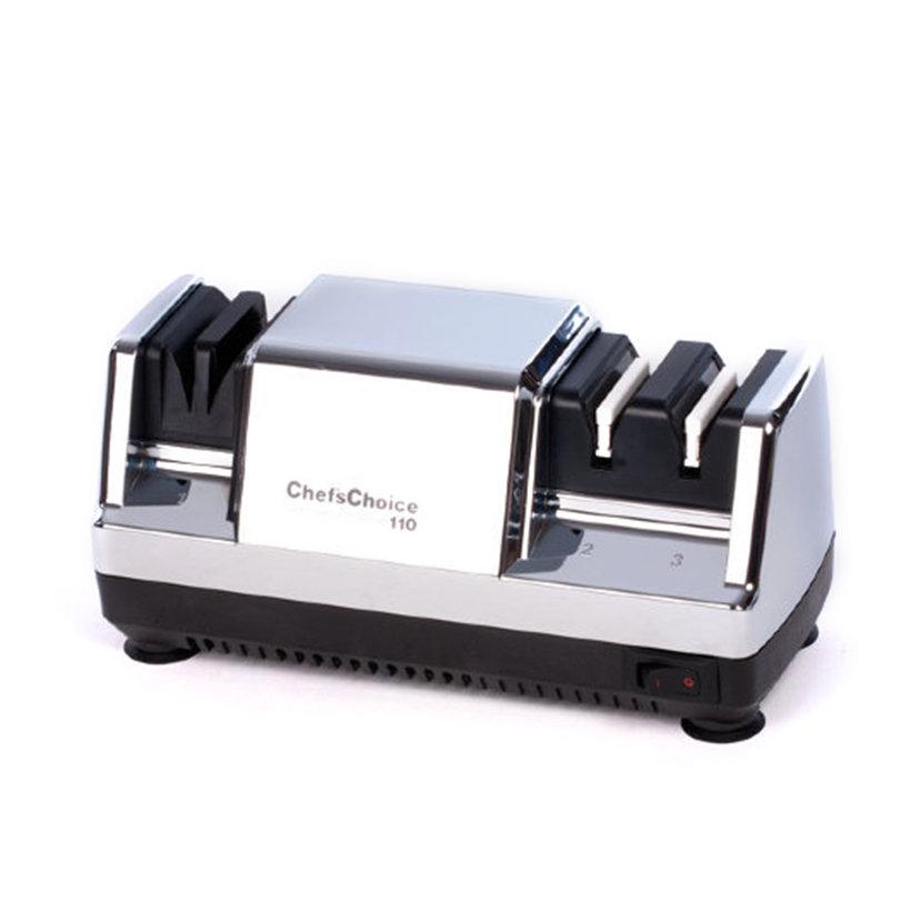 Станок для заточки ножей Chef's Choice CH/110HЭлектрические точилки для ножей<br>Профессиональный точильный станок с хромированным корпусом и магнитными направляющими Bilevel открывает широкие возможности для безукоризненного затачивания кухонных, бытовых, туристических и карманных ножей с обычной заточкой. При необходимости устройство можно использовать и для серрейторных лезвий: достаточно 1-2 протяжек на первом уровне, чтобы волнистая структура кромки приобрела первоначальную остроту. <br>Процесс заточки проходит в несколько этапов – от интенсивной предварительной обработки до финишной доводки. Достижение заданного угла в 20° контролируется в автоматическом режиме при помощи встроенных магнитов. И эксплуатация станка, и уход за ним максимально просты. Очищать пластины от металлической пыли достаточно раз в полтора года, а вернуть изделию внешний лоск можно при помощи обыкновенной мягкой ткани без абразивов и моющих средств.<br>Как выбрать электрическую точилку<br>