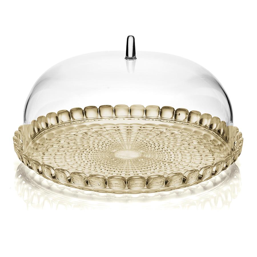 Блюдо сервировочное Tiffany S песочное Guzzini 19950139Блюда<br>Блюдо для выпечки с прозрачной крышкой в форме купола. Красивый и функциональный предмет для подачи пирожных, тортов, сладостей, а так же фруктов и закусок. Дизайн блюда отличается оригинальной рельефной формой, которая в сочетании с прозрачным материалом заставляет поверхность сверкать и переливаться на свету.<br><br>Блюдо можно переворачивать и использовать с двух сторон: загнутые края подходят для сервировки мягкой выпечки и пирожных, а плоская сторона идеальна для целых тортов и пирогов. Прозрачная крышка защитит продукты от заветривания, насекомых и других внешних факторов. Это особенно важно для сервировки на свежем воздухе.&amp;nbsp,&amp;nbsp,<br><br>Диаметр - 30 см. Изготовлено из высококачественного органического стекла, устойчивого к износу и повреждениям. Не содержит вредных примесей и бисфенола-А. Моется вручную.<br>