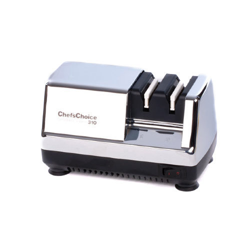 Станок для заточки ножей Chef's Choice CH/310НЭлектрические точилки для ножей<br>Особенность этого маленького, да удаленького электрического станка мощностью 45 Вт – стильная хромированная поверхность корпуса. В остальном же в Chefs Choice CH/310Н традиционно реализованы все инновационные разработки американского производителя, специализирующегося на заточке кухонных, туристических и складных ножей. <br>Благодаря хорошо продуманной конструкции прибор выполняет быструю и результативную заточку в два этапа, результатом которой всегда является сверхострое лезвие, напоминающее лезвие бритвы. В процессе участвуют конические диски со 100%-м алмазным абразивом, неоднократно доказавшие свое превосходство по сравнению с керамическими аналогами. Работать на этом устройстве легко благодаря специальным магнитным направляющим, которые вместо пользователя контролируют точность соблюдения угла заточки.<br>Кроме того, прибор не только функционален и долговечен, но еще и красив. Хромированный корпус устойчиво располагается на четырех ножках, обеспечивая абсолютную безопасность во время эксплуатации и снижая вибрации.<br>Как выбрать электрическую точилку<br>