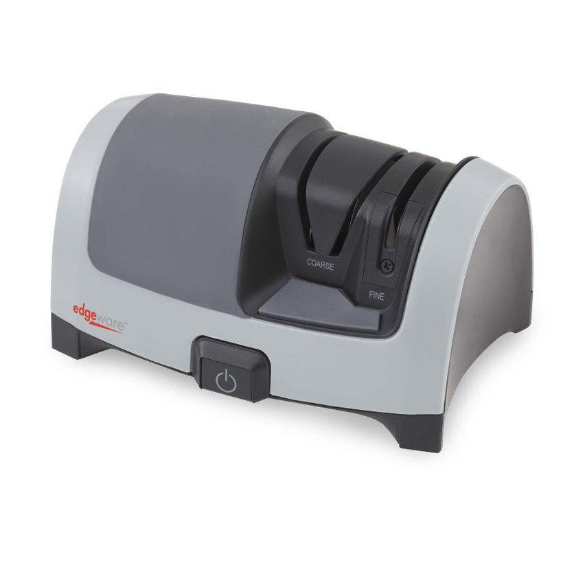 Электрический станок EdgeWare 50162, двухэтапныйЭлектрические точилки для ножей<br>Электрическая точилка для ножей Edgeware 50162 универсальна благодаря наличию паза для ручной доводки, который позволяет улучшить качество и точность после механической заточки. <br>К примеру, чтобы добиться наилучшей заточки клинка ножа, избавиться от заусениц после обработки стали крупнозернистым абразивом, просто проведите уже заточенный нож два-три раза через паз для ручной заточки. Ручную заточку клинка можно использовать не только в сочетании с механической, но и отдельно, когда необходимо очень быстро получить лучшие результаты. <br>C помощью электрического двухэтапного станка Edgeware 162 можно очень точно заточить лезвие ножа дисками с крупнозернистым алмазным абразивом (400 грит). Направляющие внутри паза зафиксируют нож в процессе заточки под нужным углом. Следующим этапом станет его ручная доводка и полировка на керамических мусатах (1500 грит). Скрещивающиеся керамические пластины внутри паза для ручной заточки доведут клинок не только прямых, но и серрейторных ножей. Корпус станка имеет мягкую резиновую поверхность, чтобы удобно удерживать точилку в нужном положении, а нескользящие ножки зафиксируют ее стабильное положение в процессе заточки. В основании корпуса имеется технологическая дверца для чистки точилки. <br>Не забывайте периодически открывать ее, чтобы удалить собравшуюся металлическую пыль в месте сбора отходов. Рабочие поверхности белой керамики с течением времени после использования темнеют от остатков металлических опилок, их можно очистить обычной жесткой щеткой и порошком для чистки.<br>