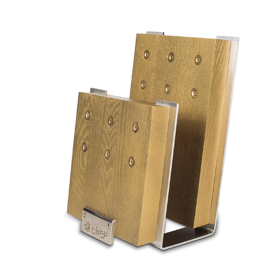 Подставка для ножей с магнитными держателями, ясень и сталь, Chef, CH-001/GLМагнитные держатели для ножей<br>Подставка для ножей CH-001/GL от производителя Chef разработана с учетом современных требований эксплуатации. Несомненным достоинством изделия является сочетание качественных материалов: блок создан из ценных пород древесины (ясеня) и нержавеющей стали. При изготовлении применены особые магниты, обладающие большой мощностью притяжения. <br>Подставка для ножей CH-001/GL включает в себя несколько отделений, предназначенных для хранения шести ножей. На поверхность нанесено золотое напыление. Такую красивую подставку можно разместить на любом столе. Ее магниты рассчитаны на то, чтобы прочно фиксировать ножи любой конфигурации и веса. <br>Данная модель не требует особого ухода и очень практична: клинки ножей всегда на виду и не теряют своих острых свойств со временем.<br>