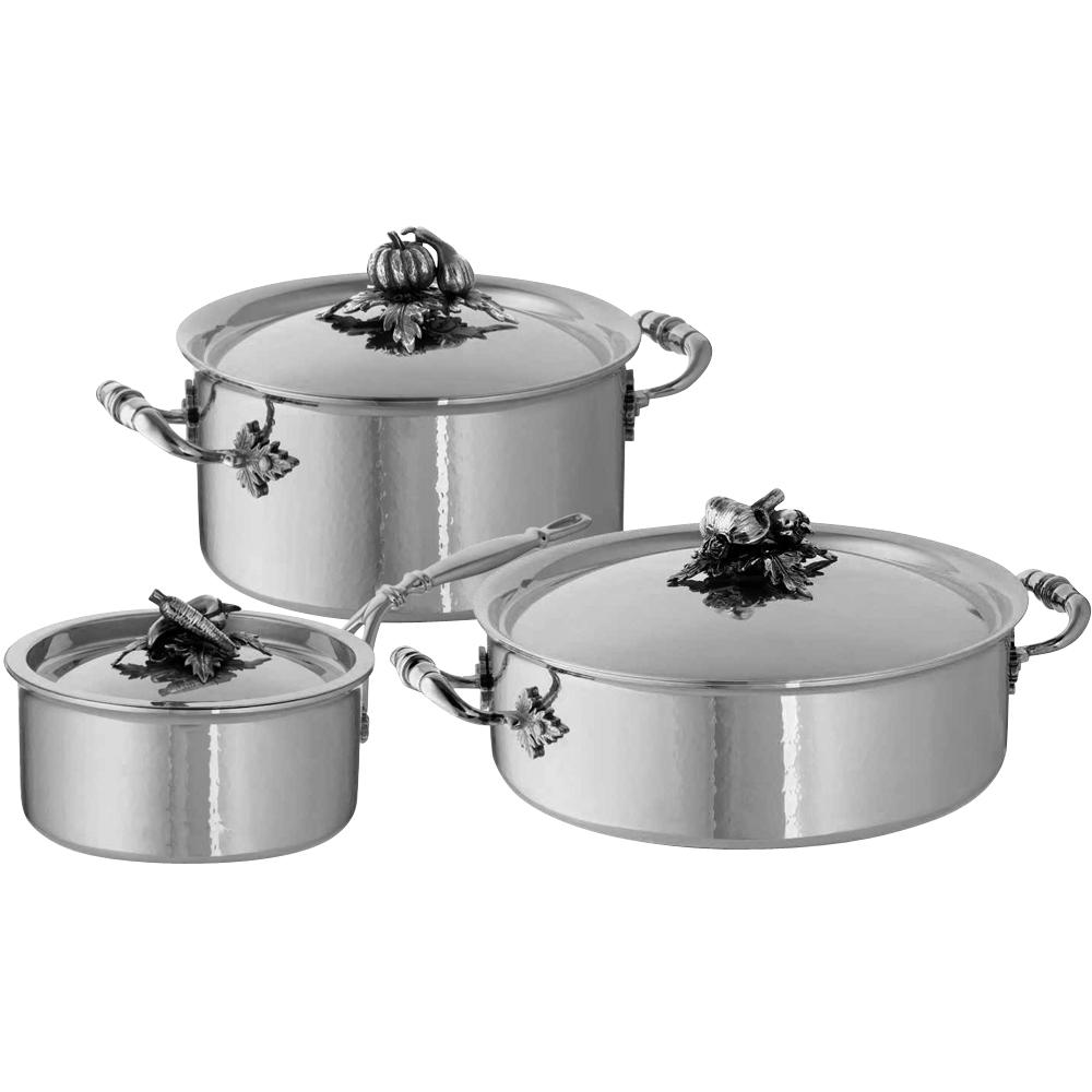 Набор посуды, крышки с посеребренной декорированной ручкой, RUFFONI Opus Prima арт. Z06 RuffoniНаборы посуды<br>Набор посуды, крышки с посеребренной декорированной ручкой, RUFFONI Opus Prima арт. Z06 Ruffoni<br><br>В набор входит:<br><br>сотейник 5,0 л, <br>кастрюля 3,5 л, <br>ковш 1,5 л.<br><br>вид упаковки: подарочнаякрышка: естьматериал: нержавеющая стальпокрытие: без покрытияпредметов в наборе (штук): 6ручки: фиксированныестрана: Италиятип варочной поверхности: все типы поверхностей<br>Удивительно красивые и функциональные кастрюли и сотейники коллекции Opus Prima выполнены из многослойного металла. Благодаря двум слоям нержавеющей стали, посуда Opus Prima отлично выглядит и хорошо моется, а слой алюминия между ними обеспечивает этим итальянским кастрюлям и сотейникам хорошие термические качества.<br>Изделия этой коллекции Ruffoni равномерно нагреваются и долго отдают полученное тепло. Немаловажно, что эту посуду можно использовать с любым типом плит, включая индукционные.<br>Отдельного упоминания заслуживают крышки кастрюль и сотейников. Каждая из них украшена латунной посеребрённой ручкой, сделанной вручную с персональным клеймом мастера. Миниатюрные скульптуры, выполненные в классических итальянских традициях, безусловно, станут украшением вашей кухни.<br>