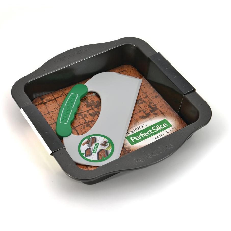 Противень квадратный с инструментом для нарезания 30*27*5см BergHOFF Perfect Slice 1100053Формы для запекания (выпечки)<br>Противень квадратный с инструментом для нарезания 30*27*5см BergHOFF Perfect Slice 1100053<br><br>Уникальная запатентованная линия посуды с разметкой и инструментом для нарезания для контроля за размерами порций. Изготовлена из утолщенной стали, что гарантирует отсутствие деформации. Ручки спроектированы для безопасного и удобного захвата (даже в надетых кухонных рукавицах). Антипригарное покрытие FernoGreen позволяет легко извлекать продукт из формы и не содержит ПФОК, кадмия и свинца. Вы можете сами определить свою порцию, что облегчает контроль за рационом для диабетиков и желающих похудеть. Красиво и равномерно нарезанные кусочки выглядят профессионально. Огромное количество вариантов нарезки: вот лишь некоторые предложения.Мы по-прежнему рекомендуем мыть вручную: получится быстро благодаря антипригарному покрытию и отимально для сохранения его качества. <br>Состав набора:1x квадратная форма для выпечки 30 x 27 x 5 cm1x инструмент для нарезания 22 x 12,5 x 1 cm<br>Официальный продавец BergHOFF<br>