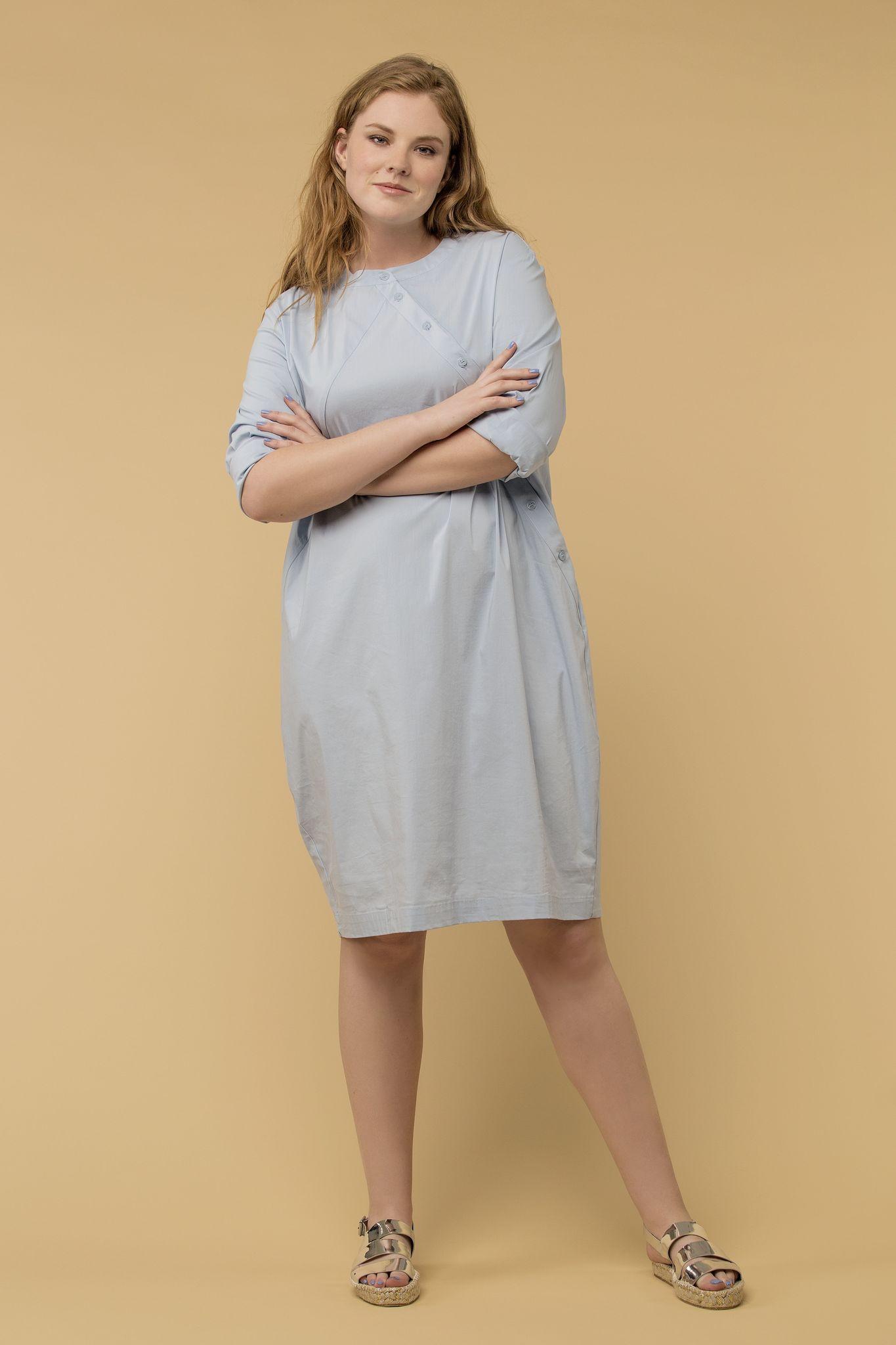 Платье LE-04 D04 41Платья<br>Платье-рубашка из очень нежного струящегося хлопка с косой планкой в бледно голубом цвете. Ткань настолько тактильна приятна, что в этом платье можно спать и пеленать младенцев. Кеды или босоножки на пробковой платформе - решать вам.<br>