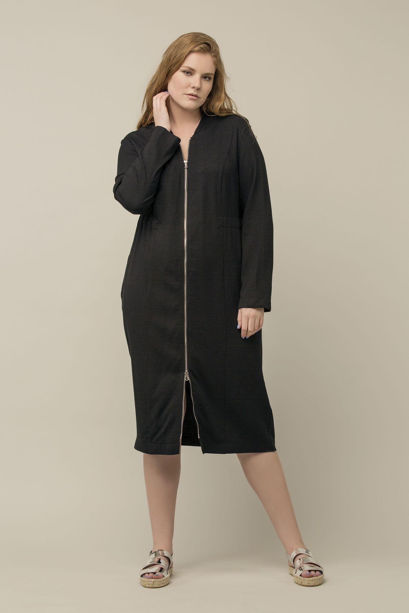Платье LE-04 D03 01Платья<br>Платье в стиле спорт-шик  из лимитированной капсулы LE-4. Двусторонняя молния, фактурный хлопок с эластаном, потайная кулиска на талии и глубокие карманы выводят это платье на новый уровень комфорта. Можно носить как платье, а можно как летнее пальто. Сочетается с любыми брюками и обувью.<br>