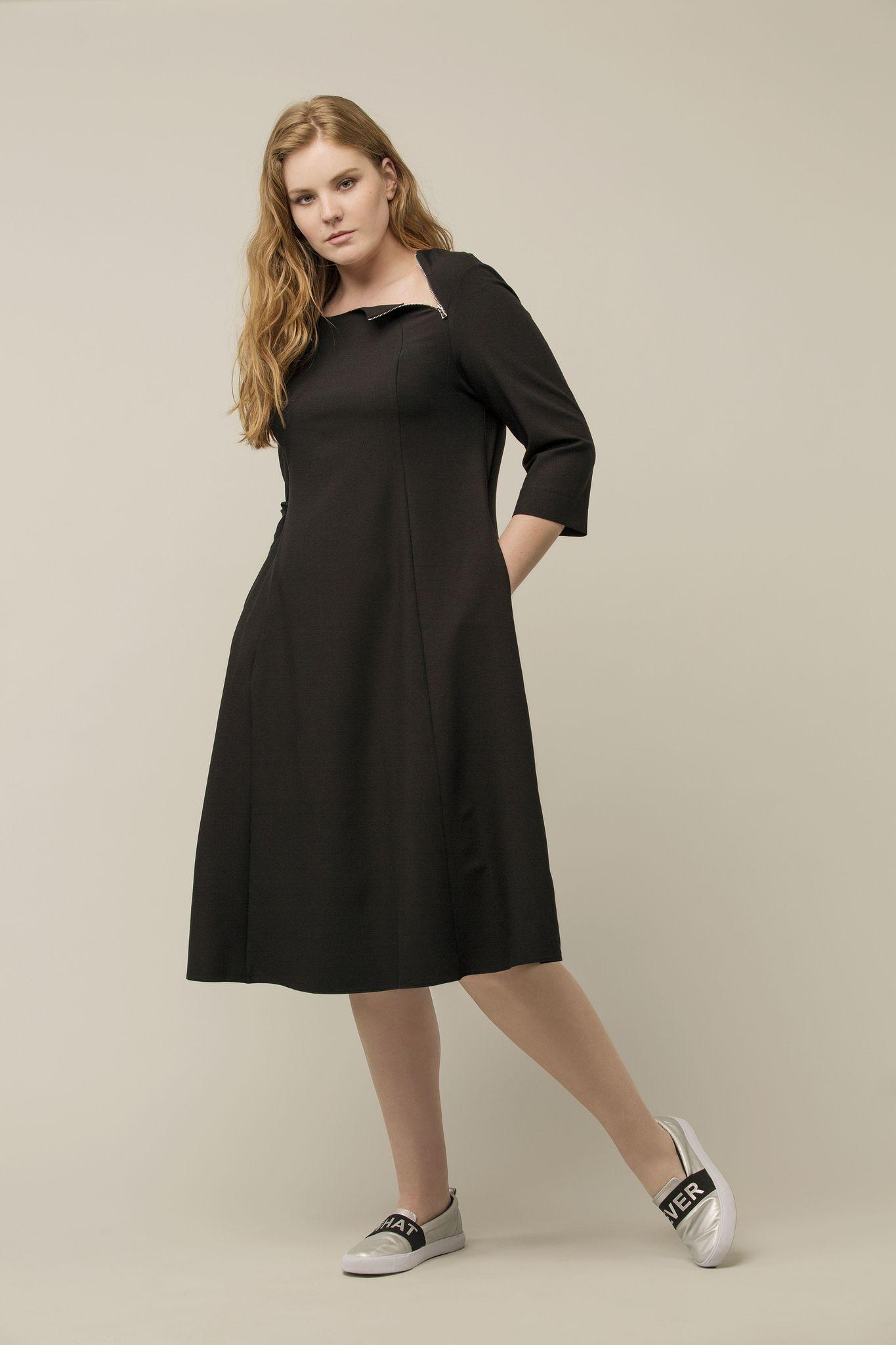 Платье LE-04 D05 01Платья<br>Простое и лаконичное платье из лимитированной капсулы LE-4. Продуманный крой, хороший черный и две молнии на горловине. А-силуэт, рукава 3/4, ничего лишнего.<br>