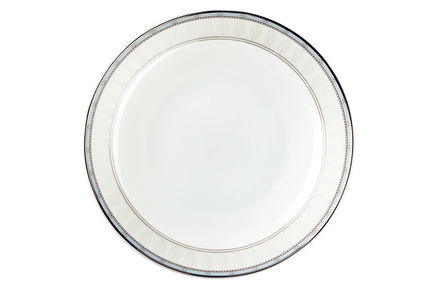 Набор из 6 тарелок суповых Royal Aurel Британия (20см) арт.707Наборы тарелок<br>Набор из 6 тарелок суповых Royal Aurel Британия (20см) арт.707<br>Производить посуду из фарфора начали в Китае на стыке 6-7 веков. Неустанно совершенствуя и селективно отбирая сырье для производства посуды из фарфора, мастерам удалось добиться выдающихся характеристик фарфора: белизны и тонкостенности. В XV веке появился особый интерес к китайской фарфоровой посуде, так как в это время Европе возникла мода на самобытные китайские вещи. Роскошный китайский фарфор являлся изыском и был в новинку, поэтому он выступал в качестве подарка королям, а также знатным людям. Такой дорогой подарок был очень престижен и по праву являлся элитной посудой. Как известно из многочисленных исторических документов, в Европе китайские изделия из фарфора ценились практически как золото. <br>Проверка изделий из костяного фарфора на подлинность <br>По сравнению с производством других видов фарфора процесс производства изделий из настоящего костяного фарфора сложен и весьма длителен. Посуда из изящного фарфора - это элитная посуда, которая всегда ассоциируется с богатством, величием и благородством. Несмотря на небольшую толщину, фарфоровая посуда - это очень прочное изделие. Для демонстрации плотности и прочности фарфора можно легко коснуться предметов посуды из фарфора деревянной палочкой, и тогда мы услушим характерный металлический звон. В составе фарфоровой посуды присутствует костяная зола, благодаря чему она может быть намного тоньше (не более 2,5 мм) и легче твердого или мягкого фарфора. Безупречная белизна - ключевой признак отличия такого фарфора от других. Цвет обычного фарфора сероватый или ближе к голубоватому, а костяной фарфор будет всегда будет молочно-белого цвета. Характерная и немаловажная деталь - это невесомая прозрачность изделий из фарфора такая, что сквозь него проходит свет.<br>