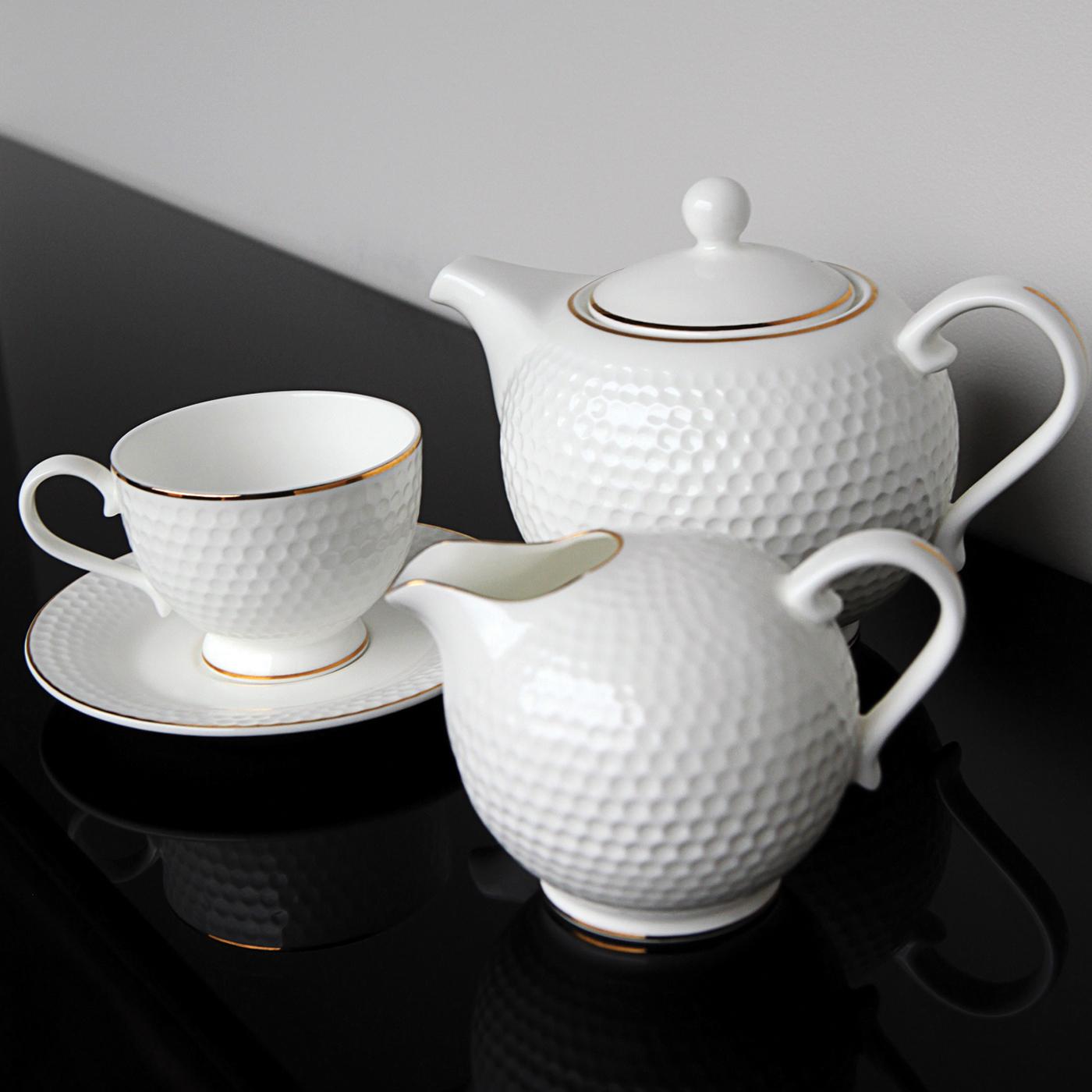 Чайный сервиз Royal Aurel Гольф арт.101, 15 предметовЧайные сервизы<br>Чайныйсервиз Royal Aurel Гольф арт.101, 15предметов<br><br><br><br><br><br><br><br><br><br><br><br>Чашка 200 мл,6 шт.<br>Блюдце 14 см,6 шт.<br>Чайник 850 мл<br>Сахарница 270 мл<br><br><br><br><br><br><br><br><br>Молочник 300 мл<br><br><br><br><br><br><br><br><br>Производить посуду из фарфора начали в Китае на стыке 6-7 веков. Неустанно совершенствуя и селективно отбирая сырье для производства посуды из фарфора, мастерам удалось добиться выдающихся характеристик фарфора: белизны и тонкостенности. В XV веке появился особый интерес к китайской фарфоровой посуде, так как в это время Европе возникла мода на самобытные китайские вещи. Роскошный китайский фарфор являлся изыском и был в новинку, поэтому он выступал в качестве подарка королям, а также знатным людям. Такой дорогой подарок был очень престижен и по праву являлся элитной посудой. Как известно из многочисленных исторических документов, в Европе китайские изделия из фарфора ценились практически как золото. <br>Проверка изделий из костяного фарфора на подлинность <br>По сравнению с производством других видов фарфора процесс производства изделий из настоящего костяного фарфора сложен и весьма длителен. Посуда из изящного фарфора - это элитная посуда, которая всегда ассоциируется с богатством, величием и благородством. Несмотря на небольшую толщину, фарфоровая посуда - это очень прочное изделие. Для демонстрации плотности и прочности фарфора можно легко коснуться предметов посуды из фарфора деревянной палочкой, и тогда мы услушим характерный металлический звон. В составе фарфоровой посуды присутствует костяная зола, благодаря чему она может быть намного тоньше (не более 2,5 мм) и легче твердого или мягкого фарфора. Безупречная белизна - ключевой признак отличия такого фарфора от других. Цвет обычного фарфора сероватый или ближе к голубоватому, а костяной фарфор будет всегда будет молочно-белого цвета. Характерная и немаловажная деталь - это невесо