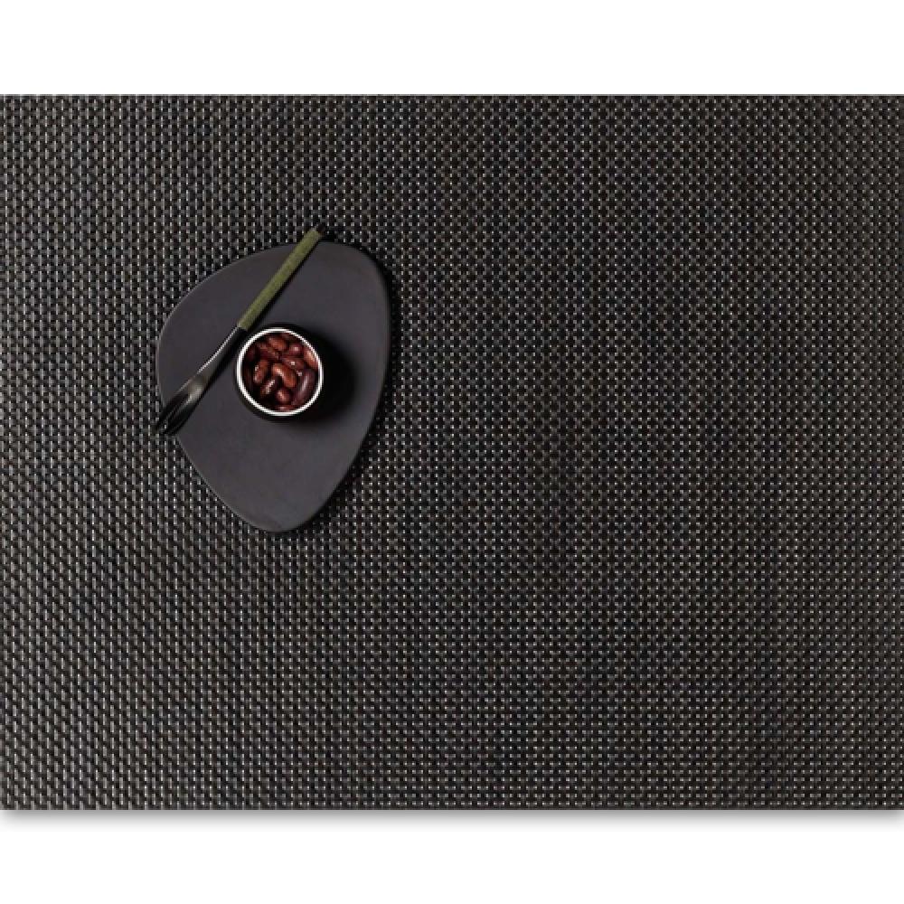 Салфетка подстановочная, жаккардовое плетение, винил, (36х48) Chestnut (100110-009) CHILEWICH Basketweave арт. 0025-BASK-CHESСервировка стола<br>Салфетки и подставки для посуды от американского дизайнера Сэнди Чилевич, выполнены из виниловых нитей — современного материала, позволяющего создавать оригинальные текстуры изделий без ущерба для их долговечности. Возможно, именно в этом кроется главный секрет популярности этих стильных салфеток.<br>Впрочем, это не мешает подставочным салфеткам Chilewich оставаться достаточно демократичными, для того чтобы занять своё место и на вашем столе. Вашему вниманию предлагается широкий выбор вариантов дизайна спокойных тонов, способного органично вписаться практически в любой интерьер.<br><br>длина (см):48материал:винилпредметов в наборе (штук):1страна:СШАширина (см):36.0<br>Официальный продавец CHILEWICH<br>