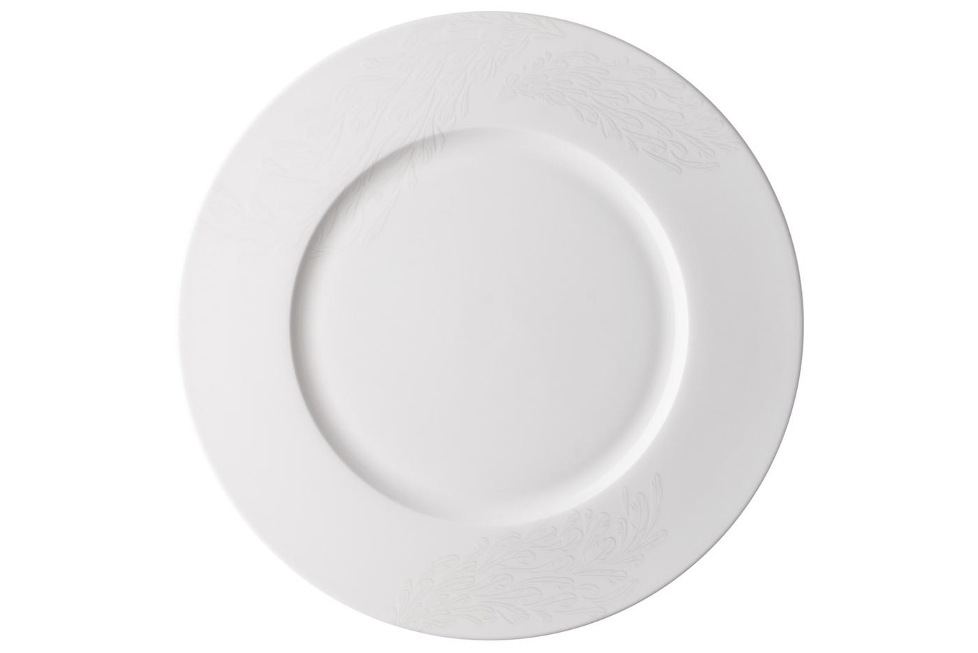 Набор из 6 тарелок Royal Aurel Феникс (25см) арт.636Наборы тарелок<br>Набор из 6 тарелок Royal Aurel Феникс (25см) арт.636<br>Производить посуду из фарфора начали в Китае на стыке 6-7 веков. Неустанно совершенствуя и селективно отбирая сырье для производства посуды из фарфора, мастерам удалось добиться выдающихся характеристик фарфора: белизны и тонкостенности. В XV веке появился особый интерес к китайской фарфоровой посуде, так как в это время Европе возникла мода на самобытные китайские вещи. Роскошный китайский фарфор являлся изыском и был в новинку, поэтому он выступал в качестве подарка королям, а также знатным людям. Такой дорогой подарок был очень престижен и по праву являлся элитной посудой. Как известно из многочисленных исторических документов, в Европе китайские изделия из фарфора ценились практически как золото. <br>Проверка изделий из костяного фарфора на подлинность <br>По сравнению с производством других видов фарфора процесс производства изделий из настоящего костяного фарфора сложен и весьма длителен. Посуда из изящного фарфора - это элитная посуда, которая всегда ассоциируется с богатством, величием и благородством. Несмотря на небольшую толщину, фарфоровая посуда - это очень прочное изделие. Для демонстрации плотности и прочности фарфора можно легко коснуться предметов посуды из фарфора деревянной палочкой, и тогда мы услушим характерный металлический звон. В составе фарфоровой посуды присутствует костяная зола, благодаря чему она может быть намного тоньше (не более 2,5 мм) и легче твердого или мягкого фарфора. Безупречная белизна - ключевой признак отличия такого фарфора от других. Цвет обычного фарфора сероватый или ближе к голубоватому, а костяной фарфор будет всегда будет молочно-белого цвета. Характерная и немаловажная деталь - это невесомая прозрачность изделий из фарфора такая, что сквозь него проходит свет.<br>