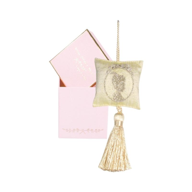 Саше-камея с вышивкой желтое (Саше)Саше<br>Подвесное саше-камея с вышивкой золотом по шелку и кисточкой в маленькой подарочной коробочке<br>