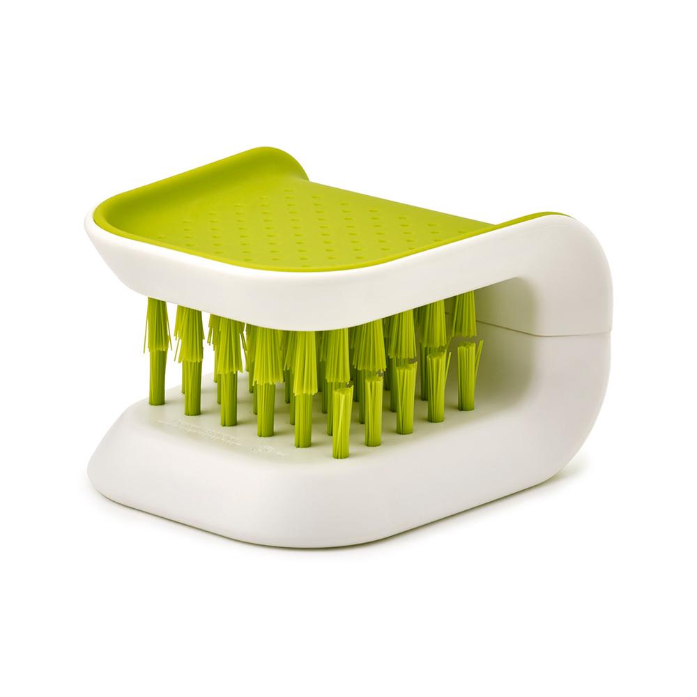 Щетка для столовых приборов и ножей Joseph Joseph BladeBrush зеленая 85105Кухонные принадлежности Joseph Joseph (Великобритания)<br>Небольшая щетка для быстрого и безопасного мытья столовых приборов и ножей. Специальная конструкция позволяет очищать две стороны одновеременно, что ускоряет процесс уборки и особенно эффективно благодаря перекрестным моющим щетинкам. <br>Внешняя текстурированная поверхность обеспечивает комфортный захват - щётка удобно сидит в руке без риска выскользнуть. Во время сушки или хранения держится на стенке таза, но благодаря компактным размерам не займет много места на раковине. <br>Моется вручную.<br><br>Официальный продавец<br>