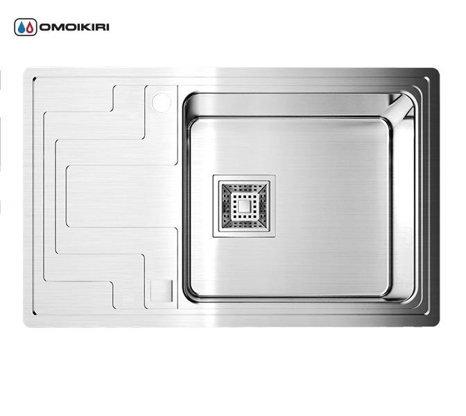 Кухонная мойка из нержавеющей стали OMOIKIRI Mizu 71-1-R (4993005)Кухонные мойки из нержавеющей стали<br>Кухонная мойка из нержавеющей стали OMOIKIRI Mizu 71-1-R (4993005)<br><br><br>Размер выреза под мойку: 760х460 мм.<br>Японская высококачественная хромоникелевая нержавеющая сталь.<br>Матовая полировка, устойчивая к появлению царапин.<br>Упаковка обеспечивает максимально безопасную транспортировку.<br>В комплект включены крепления, выпуск.<br>Корпус мойки обработан специальным шумоподавляющим составом и дополнительными резиновыми накладками с 5-ти сторон чаши.<br><br><br>Комплектация:<br><br>автоматический донный клапан;<br>крепления;<br>сифон.<br><br><br><br><br><br><br>Нержавеющая сталь OMOIKIRI<br>Вся нержавеющая сталь OMOIKIRI соответствует маркировке 18/8. Это аустенитная сталь содержит 18% хрома и 8% никеля, что обеспечивает ее максимальную защиту от коррозии.<br>Нержавеющая сталь OMOIKIRI подвергается уникальной обработке холодом «GOKIN»©, повышающей ее твердость и износостойкость.<br><br><br><br><br><br>Кухонные мойки из нержавеющей стали OMOIKIRI при производстве проходят три этапа контроля качества:<br><br>контроль состава нержавеющей стали на соответствие стандартам содержания цветных металлов и указанной маркировке;<br>проверка качества металлических заготовок перед производством;<br>контроль качества изделий на всех этапах производства.<br><br><br><br><br><br>Руководство по монтажу<br><br><br><br>Официальный сертифицированный продавец OMOIKIRI™<br>