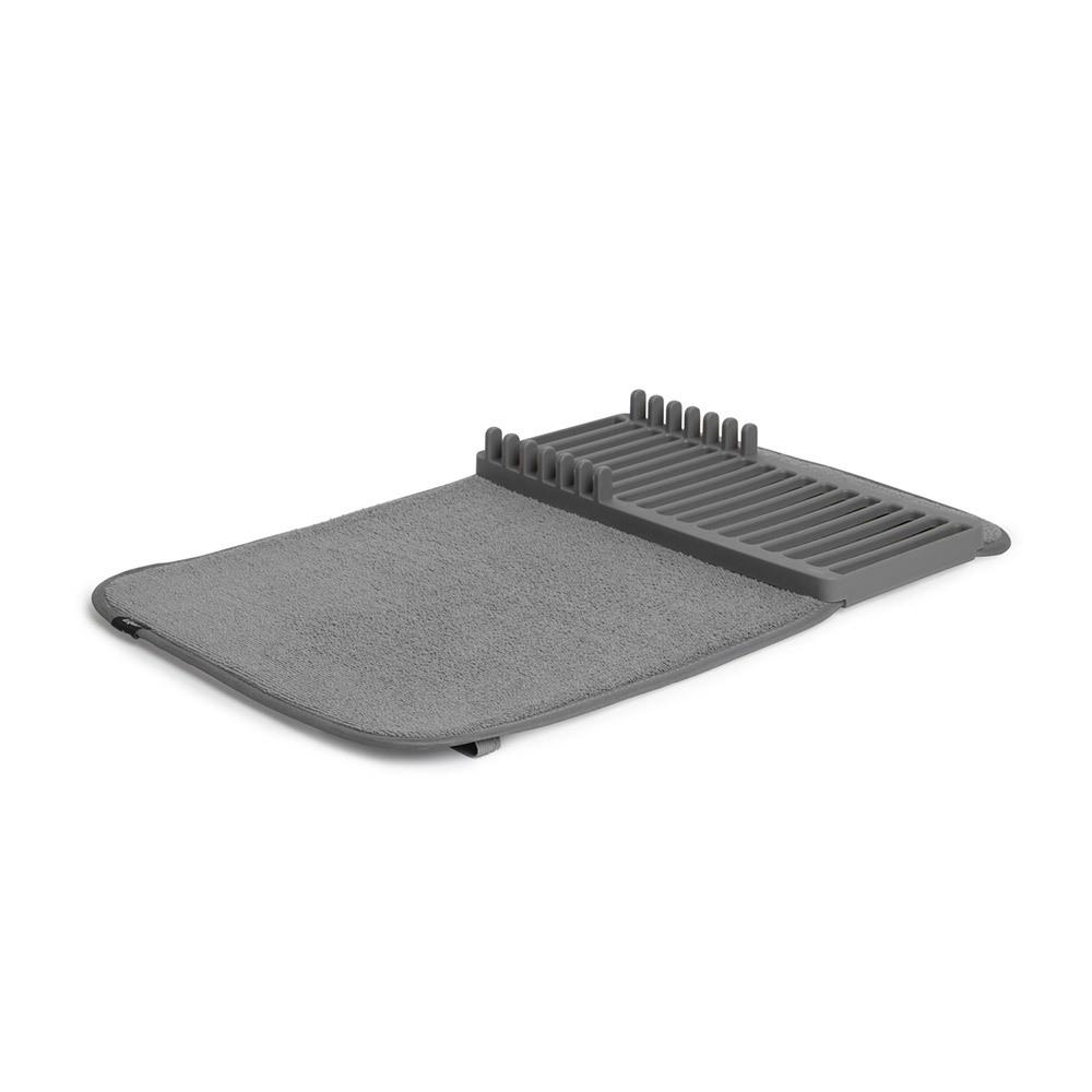 Коврик для сушки Umbra UDRY MINI тёмно-серый 1004301-149Сушилки для посуды<br>Коврик для сушки Umbra UDRY MINI тёмно-серый 1004301-149<br><br>Компактная версия коврика UDRY. Ворсистый коврик для посуды и столовых приборов +, пластиковая сушилка с 6 делениями для тарелок. Сушилка может быть закреплена посередине коврика или с краю, чтобы освободить место для большого сотейника. Кроме того, она легко снимается для мытья. Коврик складывается в три раза и закрепляется эластичной лентой для компактного хранения. Нижняя часть коврика состоит из мембраны, благодаря которой влага быстро испаряется. Дизайнер David Green<br>Официальный продавец<br>