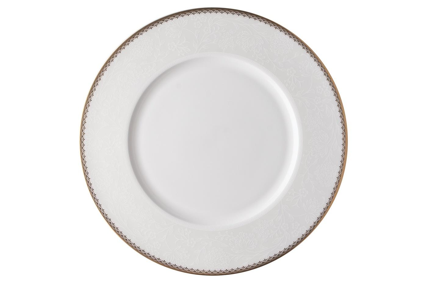 Набор из 6 тарелок Royal Aurel Флора (25см) арт.638Наборы тарелок<br>Набор из 6 тарелок Royal Aurel Флора (25см) арт.638<br>Производить посуду из фарфора начали в Китае на стыке 6-7 веков. Неустанно совершенствуя и селективно отбирая сырье для производства посуды из фарфора, мастерам удалось добиться выдающихся характеристик фарфора: белизны и тонкостенности. В XV веке появился особый интерес к китайской фарфоровой посуде, так как в это время Европе возникла мода на самобытные китайские вещи. Роскошный китайский фарфор являлся изыском и был в новинку, поэтому он выступал в качестве подарка королям, а также знатным людям. Такой дорогой подарок был очень престижен и по праву являлся элитной посудой. Как известно из многочисленных исторических документов, в Европе китайские изделия из фарфора ценились практически как золото. <br>Проверка изделий из костяного фарфора на подлинность <br>По сравнению с производством других видов фарфора процесс производства изделий из настоящего костяного фарфора сложен и весьма длителен. Посуда из изящного фарфора - это элитная посуда, которая всегда ассоциируется с богатством, величием и благородством. Несмотря на небольшую толщину, фарфоровая посуда - это очень прочное изделие. Для демонстрации плотности и прочности фарфора можно легко коснуться предметов посуды из фарфора деревянной палочкой, и тогда мы услушим характерный металлический звон. В составе фарфоровой посуды присутствует костяная зола, благодаря чему она может быть намного тоньше (не более 2,5 мм) и легче твердого или мягкого фарфора. Безупречная белизна - ключевой признак отличия такого фарфора от других. Цвет обычного фарфора сероватый или ближе к голубоватому, а костяной фарфор будет всегда будет молочно-белого цвета. Характерная и немаловажная деталь - это невесомая прозрачность изделий из фарфора такая, что сквозь него проходит свет.<br>