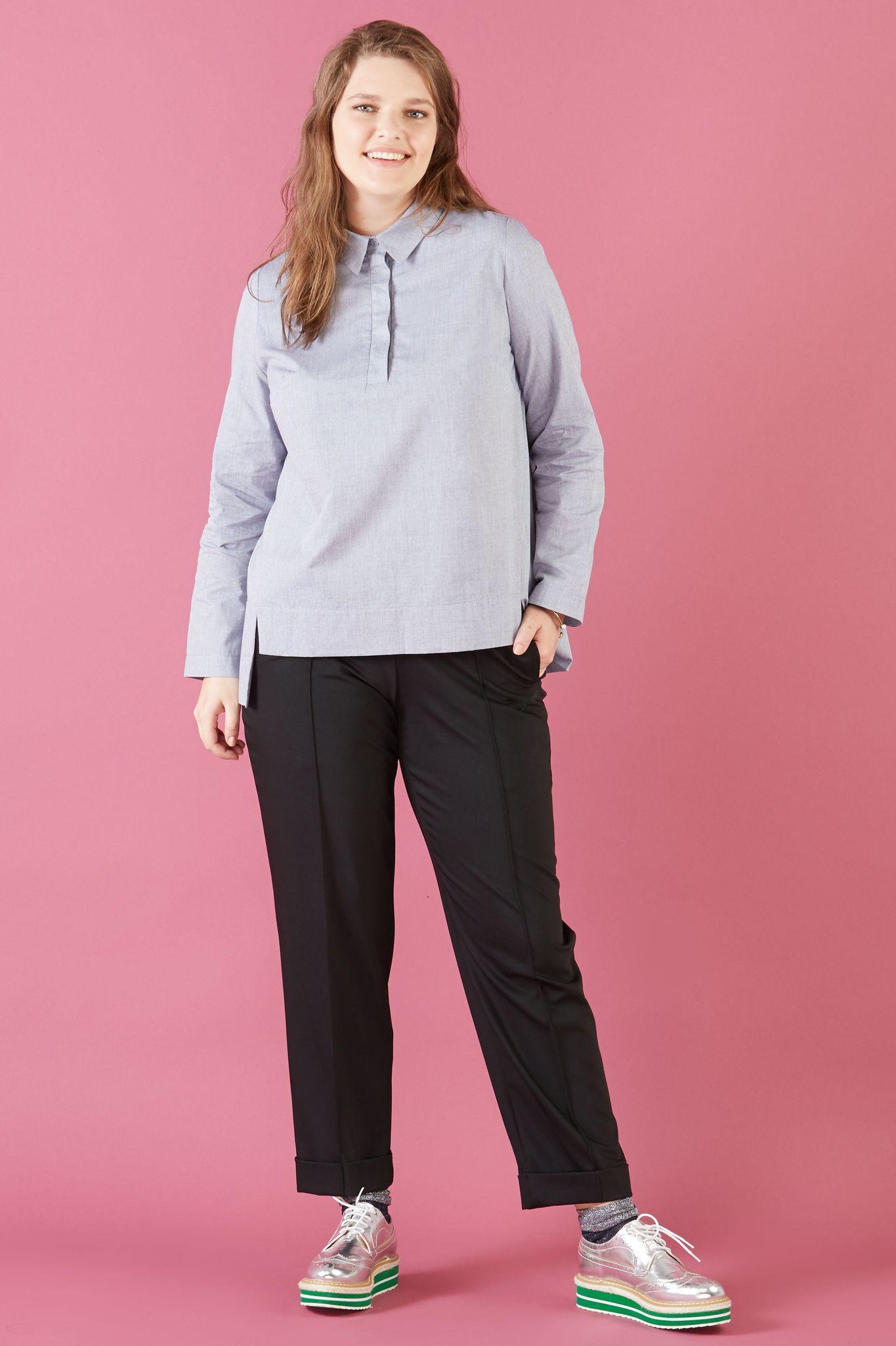 Блуза LE-06 B01 20Блузы<br>Минималистичная хлопковая рубашка прямого силуэта, с супатной застежкой  и длинными рукавами.Спинка и полочка разного уровня.Идеальна в жару и прохладную погоду, с брюками и юбкой.Рост модели на фото 178 см, размер 54 (российский).<br>