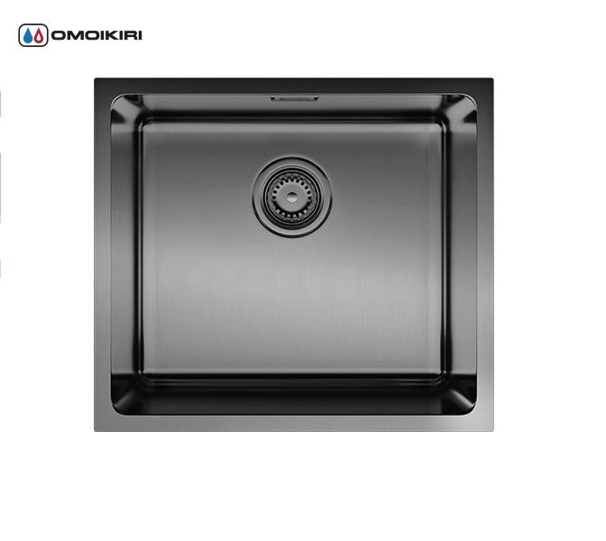 Кухонная мойка из нержавеющей стали OMOIKIRI Tadzava 49-GM (4993076)Кухонные мойки из нержавеющей стали<br>Кухонная мойка из нержавеющей стали OMOIKIRI Tadzava 49-GM (4993076)<br><br><br>Размер выреза под мойку: 450х400 мм, угловой радиус: 25 мм.<br>Японская высококачественная хромоникелевая нержавеющая сталь сPVD покрытием.<br>Матовая полировка, устойчивая к появлению царапин.<br>Упаковка обеспечивает максимально безопасную транспортировку.<br>Мойка комплектуется креплениями для подстольного и врезного монтажа, выпуском и переливом.<br>Шумоподавляющее покрытие состоит из 2-х компонентов: резиновые накладки с 4-х сторон и специальный противошумный состав.<br><br><br>Комплектация:<br><br>донный клапан;<br>крепления;<br>уплотнительная прокладка.<br><br><br><br><br><br><br>Нержавеющая сталь OMOIKIRI<br>Вся нержавеющая сталь OMOIKIRI соответствует маркировке 18/8. Это аустенитная сталь содержит 18% хрома и 8% никеля, что обеспечивает ее максимальную защиту от коррозии.<br>Нержавеющая сталь OMOIKIRI подвергается уникальной обработке холодом «GOKIN»©, повышающей ее твердость и износостойкость.<br><br><br><br><br><br>PVD- и ORB-покрытия<br>Компания OMOIKIRI активно использует новейшие виды износостойких покрытий — PVD и ORB. Технология PVD заключается в напылении конденсации из паровой (газовой) фазы на исходный материал, что придает продукции твёрдость, стойкость и антиаллергические свойства. ORB-покрытие наделяет смеситель оттенком промасленной бронзы.<br><br><br><br><br><br>Кухонные мойки из нержавеющей стали OMOIKIRI при производстве проходят три этапа контроля качества:<br><br>контроль состава нержавеющей стали на соответствие стандартам содержания цветных металлов и указанной маркировке;<br>проверка качества металлических заготовок перед производством;<br>контроль качества изделий на всех этапах производства.<br><br><br><br><br><br>Руководство по монтажу<br><br><br><br>Официальный сертифицированный продавец OMOIKIRI™<br>