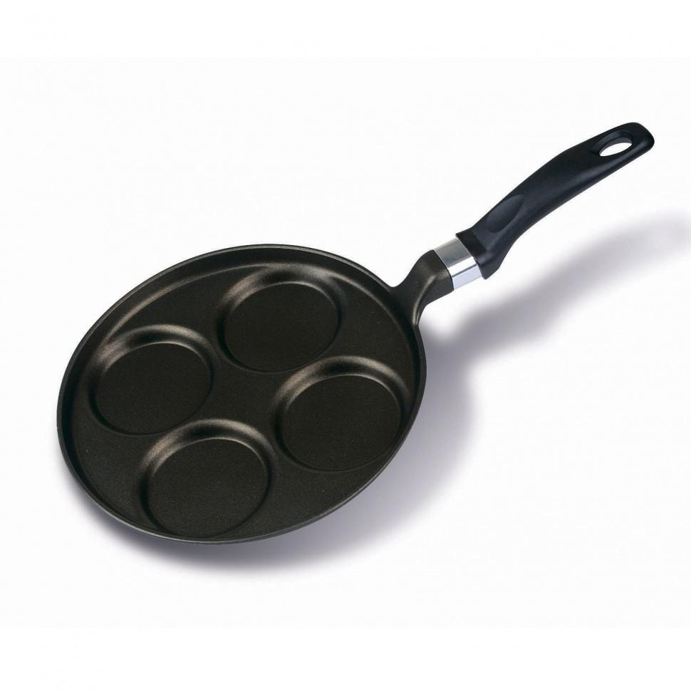 Литая сковорода для оладий Risoli Saporella 25см 00106M/25T00Блинницы<br>Литая сковорода для оладий Risoli Saporella 25см 00106M/25T00<br><br>Вся продукция торговой марки Risoli (Ризоли) производится исключительно в Италии. Компания Risoli является лидером в производстве литой посуды из алюминия. На фабриках Risoli размещают свои заказы на производство посуды свыше 20 других европейких компаний из Италии, Испании, Германии, Швейцарии и других стран. Посуда Risoli отливается из новейшего пищевого алюминиевого сплава EcoCast. Этот сплав был специально разработан для производства литой посуды премиум класса. Массовая доля алюминия в этом сплаве достигает 98%, в то время, как в других сплавах, использующихся для производства литой посуды, этот показатель не выше 80%. Антипригарные покрытия, используемые компанией Risoli для производства своей посуды, не содержат PFOA (перфтороктановую кислоту). Они абсолютно антипригарные и безопасные. Компания Risoli всегда использует только самые современные разработки и технологии, всегда стараясь быть на шаг впереди. Впя продукция торговой марки Risoli разрабатывается с соблюдением самых жестких норм и требований и имеет все виды европейских и российских сертификатов соответствия и качества.<br>