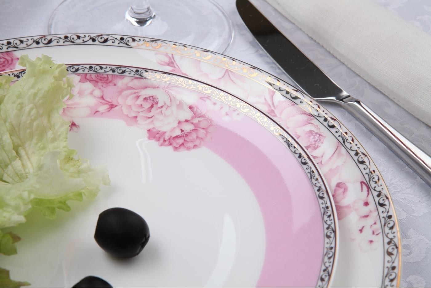 Столовый сервиз Royal Aurel Пион арт.328, 27 предметовСтоловые сервизы<br>Столовый сервиз Royal Aurel Пион арт.328, 27 предметов<br><br><br><br><br><br><br><br><br><br><br><br>Тарелка плоская 25,5 см, 6 шт.<br>Тарелка плоская 20 см, 6 шт.<br>Тарелка суповая 19,5 см, 6 шт.<br>Салатник 15 см, 6 шт.<br><br><br><br><br><br><br><br><br>Блюдо овальное 31см<br>Солонка и перечница<br><br><br><br><br><br><br><br>Производить посуду из фарфора начали в Китае на стыке 6-7 веков. Неустанно совершенствуя и селективно отбирая сырье для производства посуды из фарфора, мастерам удалось добиться выдающихся характеристик фарфора: белизны и тонкостенности. В XV веке появился особый интерес к китайской фарфоровой посуде, так как в это время Европе возникла мода на самобытные китайские вещи. Роскошный китайский фарфор являлся изыском и был в новинку, поэтому он выступал в качестве подарка королям, а также знатным людям. Такой дорогой подарок был очень престижен и по праву являлся элитной посудой. Как известно из многочисленных исторических документов, в Европе китайские изделия из фарфора ценились практически как золото. <br>Проверка изделий из костяного фарфора на подлинность <br>По сравнению с производством других видов фарфора процесс производства изделий из настоящего костяного фарфора сложен и весьма длителен. Посуда из изящного фарфора - это элитная посуда, которая всегда ассоциируется с богатством, величием и благородством. Несмотря на небольшую толщину, фарфоровая посуда - это очень прочное изделие. Для демонстрации плотности и прочности фарфора можно легко коснуться предметов посуды из фарфора деревянной палочкой, и тогда мы услушим характерный металлический звон. В составе фарфоровой посуды присутствует костяная зола, благодаря чему она может быть намного тоньше (не более 2,5 мм) и легче твердого или мягкого фарфора. Безупречная белизна - ключевой признак отличия такого фарфора от других. Цвет обычного фарфора сероватый или ближе к голубоватому, а костяной фарфор будет всегда б