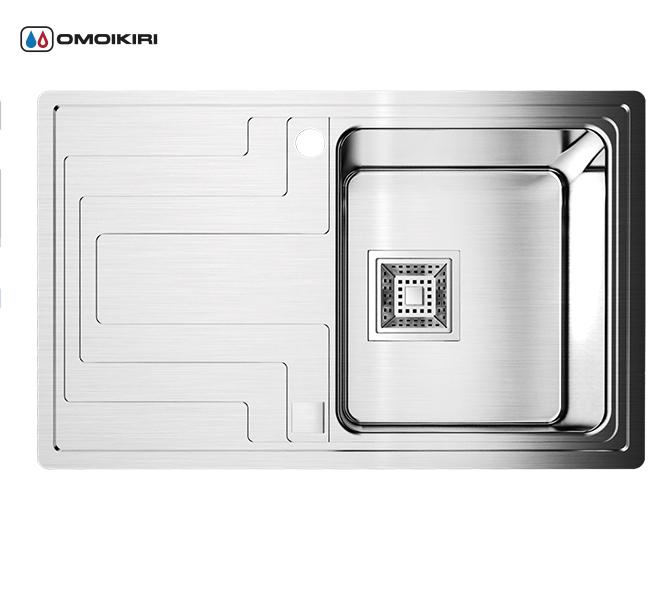 Кухонная мойка из нержавеющей стали OMOIKIRI Mizu 78-1-R (4993003)Кухонные мойки из нержавеющей стали<br>Кухонная мойка из нержавеющей стали OMOIKIRI Mizu 78-1-R (4993003)<br><br><br>Размер выреза под мойку: 760х460 мм.<br>Японская высококачественная хромоникелевая нержавеющая сталь.<br>Матовая полировка, устойчивая к появлению царапин.<br>Упаковка обеспечивает максимально безопасную транспортировку.<br>В комплект включены крепления, выпуск.<br>Корпус мойки обработан специальным шумоподавляющим составом и дополнительными резиновыми накладками с 5-ти сторон чаши.<br><br><br>Комплектация:<br><br>автоматический донный клапан;<br>крепления;<br>сифон.<br><br><br><br><br><br><br>Нержавеющая сталь OMOIKIRI<br>Вся нержавеющая сталь OMOIKIRI соответствует маркировке 18/8. Это аустенитная сталь содержит 18% хрома и 8% никеля, что обеспечивает ее максимальную защиту от коррозии.<br>Нержавеющая сталь OMOIKIRI подвергается уникальной обработке холодом «GOKIN»©, повышающей ее твердость и износостойкость.<br><br><br><br><br><br>Кухонные мойки из нержавеющей стали OMOIKIRI при производстве проходят три этапа контроля качества:<br><br>контроль состава нержавеющей стали на соответствие стандартам содержания цветных металлов и указанной маркировке;<br>проверка качества металлических заготовок перед производством;<br>контроль качества изделий на всех этапах производства.<br><br><br><br><br><br>Руководство по монтажу<br><br><br><br>Официальный сертифицированный продавец OMOIKIRI™<br>