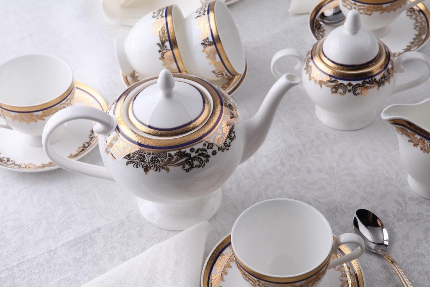 Чайный сервиз Royal Aurel Элит арт.121, 15 предметовЧайные сервизы<br>Чайный сервиз Royal Aurel Элит арт.121, 15 предметов<br><br><br><br><br><br><br><br><br><br><br>Чашка 270 мл,6 шт.<br>Блюдце 15 см,6 шт.<br>Чайник 1100 мл<br>Сахарница 370 мл<br><br><br><br><br><br><br><br><br>Молочник 300 мл<br><br><br><br><br><br><br><br><br>Производить посуду из фарфора начали в Китае на стыке 6-7 веков. Неустанно совершенствуя и селективно отбирая сырье для производства посуды из фарфора, мастерам удалось добиться выдающихся характеристик фарфора: белизны и тонкостенности. В XV веке появился особый интерес к китайской фарфоровой посуде, так как в это время Европе возникла мода на самобытные китайские вещи. Роскошный китайский фарфор являлся изыском и был в новинку, поэтому он выступал в качестве подарка королям, а также знатным людям. Такой дорогой подарок был очень престижен и по праву являлся элитной посудой. Как известно из многочисленных исторических документов, в Европе китайские изделия из фарфора ценились практически как золото. <br>Проверка изделий из костяного фарфора на подлинность <br>По сравнению с производством других видов фарфора процесс производства изделий из настоящего костяного фарфора сложен и весьма длителен. Посуда из изящного фарфора - это элитная посуда, которая всегда ассоциируется с богатством, величием и благородством. Несмотря на небольшую толщину, фарфоровая посуда - это очень прочное изделие. Для демонстрации плотности и прочности фарфора можно легко коснуться предметов посуды из фарфора деревянной палочкой, и тогда мы услушим характерный металлический звон. В составе фарфоровой посуды присутствует костяная зола, благодаря чему она может быть намного тоньше (не более 2,5 мм) и легче твердого или мягкого фарфора. Безупречная белизна - ключевой признак отличия такого фарфора от других. Цвет обычного фарфора сероватый или ближе к голубоватому, а костяной фарфор будет всегда будет молочно-белого цвета. Характерная и немаловажная деталь - это невесомая