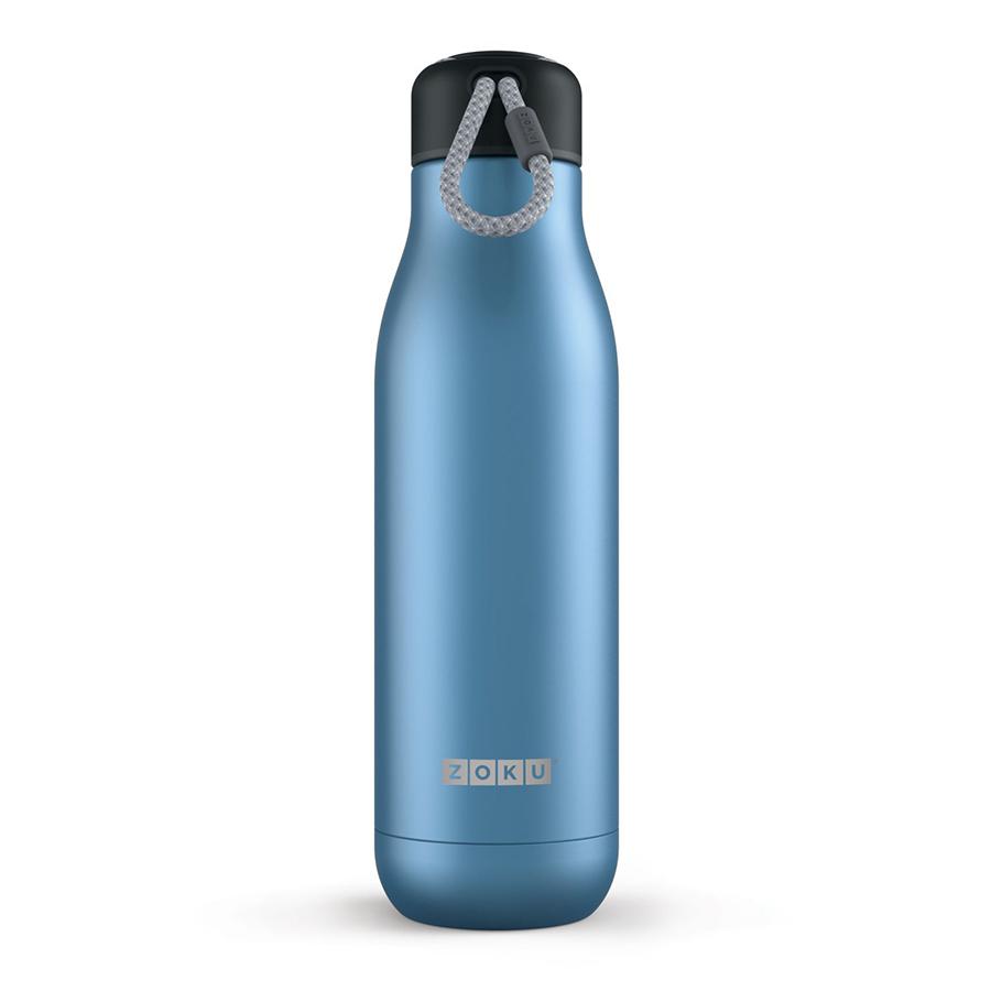 Термос Zoku 750 мл синий ZK143-BLТермосы<br>Термос Zoku 750 мл синий ZK143-BL<br><br><br>Двойные вакуумные стенки Вакуум и толстые стенки из нержавеющей стали поддерживают температуру горячих напитков до 15, а холодных – до 70 часов, поэтому любимые напитки всегда будут доступны в течение дня. При этом бутылку можно спокойно держать в руках без риска обжечься.   Гигиеничное горлышко Узкое горлышко создано специально для питья, вам не потребуются дополнительные стаканы или емкости. Гладкая полированная поверхность легко очищается за считанные секунды и не накапливает на себе бактерии и грязь благодаря тому, что резьба для крышки спрятана внутри. Даже если вы находитесь на активном отдыхе или занимаетесь спортом, ваша бутылка всегда остается чистой и гигиеничной.  Паракорд для переноски Шнур на крышке бутылки называется «паракордом» и позволяет вам брать её с собой, куда бы вы ни направлялись: держите её в руках, несите за ремешок или же прикрепите к снаряжению. Шнур легко вынимается при необходимости, просто потяните защитную крышку вверх.   Нержавеющая сталь Высокое качество нержавеющей стали 18/8 делает термобутылку особенно прочной: она устойчива к коррозии, не разрушается и не впитывает запахи. Бутылка будет служить долго и не потребует замены деталей. Используемая сталь полностью пригодна для пищевых продуктов, не содержит фталатов и бисфенола-А.   Открывается одним движением Чтобы закрутить или открутить крышку, достаточно всего одного оборота, что очень удобно, если вы на ходу или за рулем. Крышка с силиконовой вставкой полностью герметична, поэтому бутылку можно смело убрать в рюкзак, чемодан или сумку, не боясь, что ее содержимое прольется.  Стильный дизайн Привлекательный внешний вид, яркие цвета и качественные материалы делают эту термобутылку идеальным компаньоном для активных и следящих за своим здоровьем людей. Она подчеркнет ваш имидж и добавит ему ярких акцентов. Берите её с собой на прогулки, в спортзал и в любое путешествие, не боясь, что ваши напит