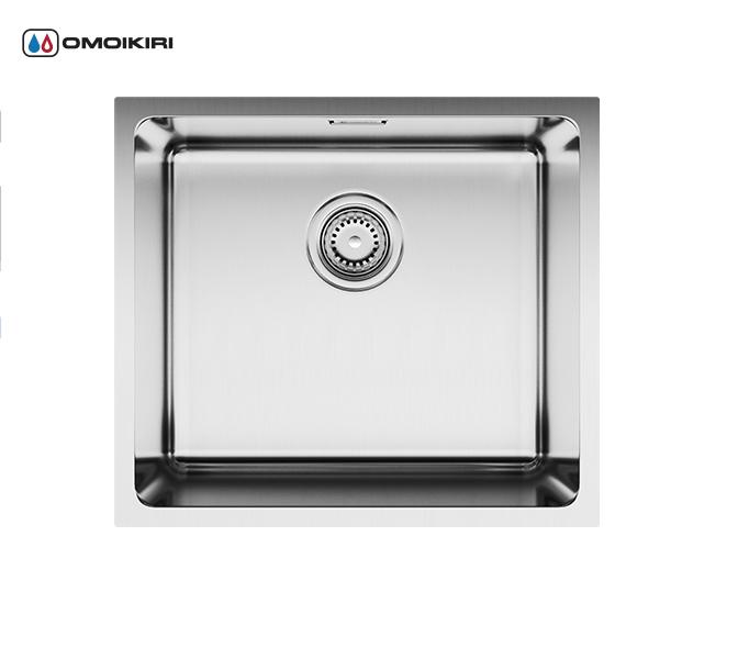 Кухонная мойка из нержавеющей стали OMOIKIRI Tadzava 49-IN (4993074)Кухонные мойки из нержавеющей стали<br>Кухонная мойка из нержавеющей стали OMOIKIRI Tadzava 49-IN (4993074)<br><br><br>Размер выреза под мойку: 450х400 мм, угловой радиус: 25 мм.<br>Японская высококачественная хромоникелевая нержавеющая сталь.<br>Матовая полировка, устойчивая к появлению царапин.<br>Упаковка обеспечивает максимально безопасную транспортировку.<br>Мойка комплектуется креплениями для подстольного и врезного монтажа, выпуском и переливом.<br>Шумоподавляющее покрытие состоит из 2-х компонентов: резиновые накладки с 4-х сторон и специальный противошумный состав.<br><br><br>Комплектация:<br><br>донный клапан;<br>крепления;<br>уплотнительная прокладка.<br><br><br><br><br><br><br>Нержавеющая сталь OMOIKIRI<br>Вся нержавеющая сталь OMOIKIRI соответствует маркировке 18/8. Это аустенитная сталь содержит 18% хрома и 8% никеля, что обеспечивает ее максимальную защиту от коррозии.<br>Нержавеющая сталь OMOIKIRI подвергается уникальной обработке холодом «GOKIN»©, повышающей ее твердость и износостойкость.<br><br><br><br><br><br>Кухонные мойки из нержавеющей стали OMOIKIRI при производстве проходят три этапа контроля качества:<br><br>контроль состава нержавеющей стали на соответствие стандартам содержания цветных металлов и указанной маркировке;<br>проверка качества металлических заготовок перед производством;<br>контроль качества изделий на всех этапах производства.<br><br><br><br><br><br>Руководство по монтажу<br><br><br><br>Официальный сертифицированный продавец OMOIKIRI™<br>