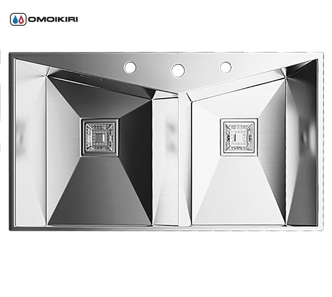 Кухонная мойка из нержавеющей стали OMOIKIRI Izumi 86-2 (4993013)Кухонные мойки из нержавеющей стали<br>Кухонная мойка из нержавеющей стали OMOIKIRI Izumi 86-2 (4993013)<br><br><br>Размер выреза под мойку при монтаже под столешницу: 840x466 мм.<br>Японская высококачественная хромоникелевая нержавеющая сталь.<br>Матовая полировка, устойчивая к появлению царапин.<br>Упаковка обеспечивает максимально безопасную транспортировку.<br>Мойка упакована в пластиковый пакет, пенопластовые уголки, картонную коробку.<br>Корпус мойки обработан специальным шумоподавляющим составом и дополнительными резиновыми накладками с 5-ти сторон чаши.<br><br><br>Комплектация:<br><br>автоматический донный клапан;<br>крепления;<br>дозатор для мыла;<br>сифон.<br><br><br>Упаковка:<br><br>картонная коробка;<br>пенопласт;<br>пакет из нетканного материала.<br><br><br><br><br><br><br>Нержавеющая сталь OMOIKIRI<br>Вся нержавеющая сталь OMOIKIRI соответствует маркировке 18/8. Это аустенитная сталь содержит 18% хрома и 8% никеля, что обеспечивает ее максимальную защиту от коррозии.<br>Нержавеющая сталь OMOIKIRI подвергается уникальной обработке холодом «GOKIN»©, повышающей ее твердость и износостойкость.<br><br><br><br><br><br>Кухонные мойки из нержавеющей стали OMOIKIRI при производстве проходят три этапа контроля качества:<br><br>контроль состава нержавеющей стали на соответствие стандартам содержания цветных металлов и указанной маркировке;<br>проверка качества металлических заготовок перед производством;<br>контроль качества изделий на всех этапах производства.<br><br><br><br><br><br>Руководство по монтажу<br><br><br><br>Официальный сертифицированный продавец OMOIKIRI™<br>