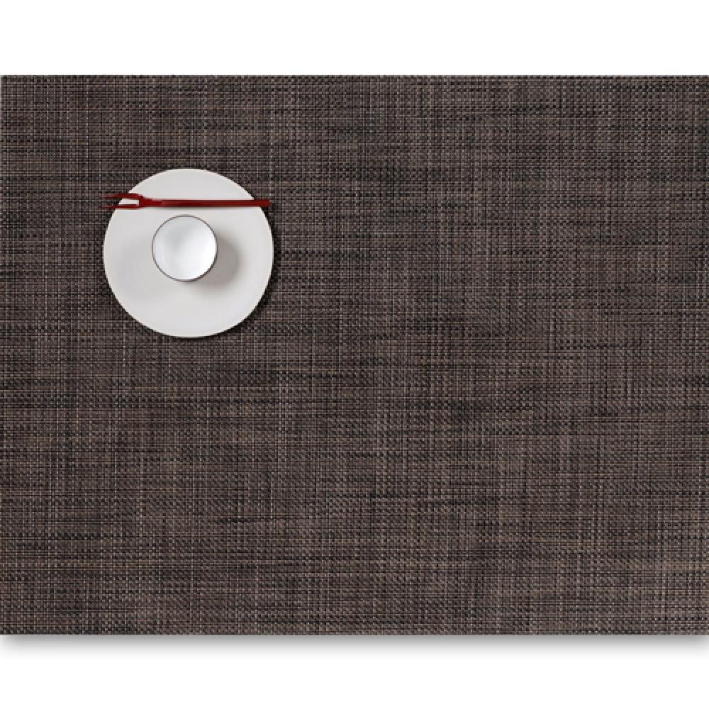 Салфетка подстановочная, жаккардовое плетение, винил, (36х48) Dark walnut (100132-007) CHILEWICH Mini Basketweave арт. 0025-MNBK-DKWLСервировка стола<br>Салфетки и подставки для посуды от американского дизайнера Сэнди Чилевич, выполнены из виниловых нитей — современного материала, позволяющего создавать оригинальные текстуры изделий без ущерба для их долговечности. Возможно, именно в этом кроется главный секрет популярности этих стильных салфеток.<br>Впрочем, это не мешает подставочным салфеткам Chilewich оставаться достаточно демократичными, для того чтобы занять своё место и на вашем столе. Вашему вниманию предлагается широкий выбор вариантов дизайна спокойных тонов, способного органично вписаться практически в любой интерьер.<br><br>длина (см):48материал:винилпредметов в наборе (штук):1страна:СШАширина (см):36.0<br>Официальный продавец CHILEWICH<br>