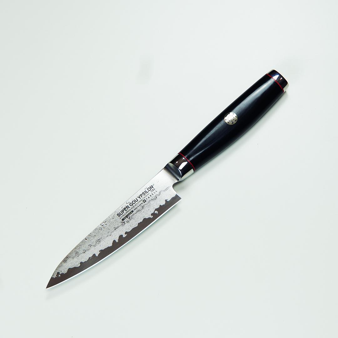 Нож кухонный универсальный 12 см (193 слоя) YAXELL Super Gou Ypsilon арт. YA37202Ножи универсальные<br>Нож кухонный универсальный 12 см (193 слоя) YAXELL Super Gou Ypsilon арт. YA37202<br><br><br>Серия Super Gou Ypsilon представляет собой совокупность безупречного качества и непрерывного стремления к инновациям — двум составляющим философии японской компании Yaxell, позволившей ей стать настоящей легендой в области производства изделий созданных по технологии дамасской стали. Всемирно известная своей высочайшей прочностью дамасская сталь делает ножи этой серии поистине уникальным продуктом, предназначенным для профессионального использования.<br>Двусторонняя заточка и закаленная режущая кромка ножей позволяет им легко справляться с самыми твердыми продуктами, ювелирно точно нарезая мельчайшие кусочки, а изготовленные из микарты (долговечного композита, в состав которого входит смола и льняные волокна) рукоятки не только никогда не скользят, но и отвечают самым высоким гигиеническим требованиям. Изящные заклепки и элегантные больстеры, предназначенные для фиксации клинка и защиты рукояти, выполнены из нержавеющей стали и являются отличительной чертой каждого ножа Yaxell.<br>Официальный продавец Yaxell<br>