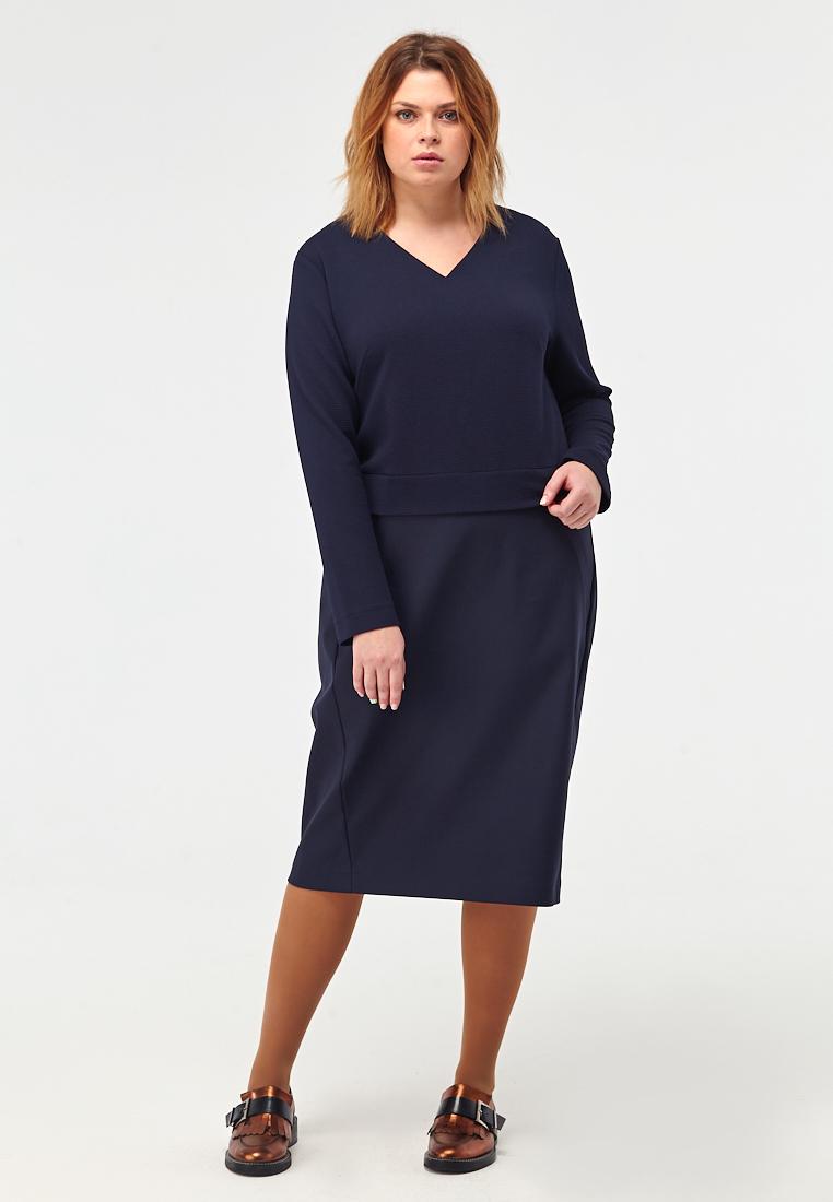 Платье W11 D13 31Новинки<br>Универсальное решение для тех, кто не любит долго размышлять о нарядах – прямое платье практичного темно-синего цвета, имитирующее укороченный свитшот и мягко облегающую юбку, с длинными рукавами и V-образным вырезом. В нем есть строгость и женственность, лаконичность и уют – сделать правильный выбор проще простого! Рост модели на фото 176 см, размер 52 (российский).<br>