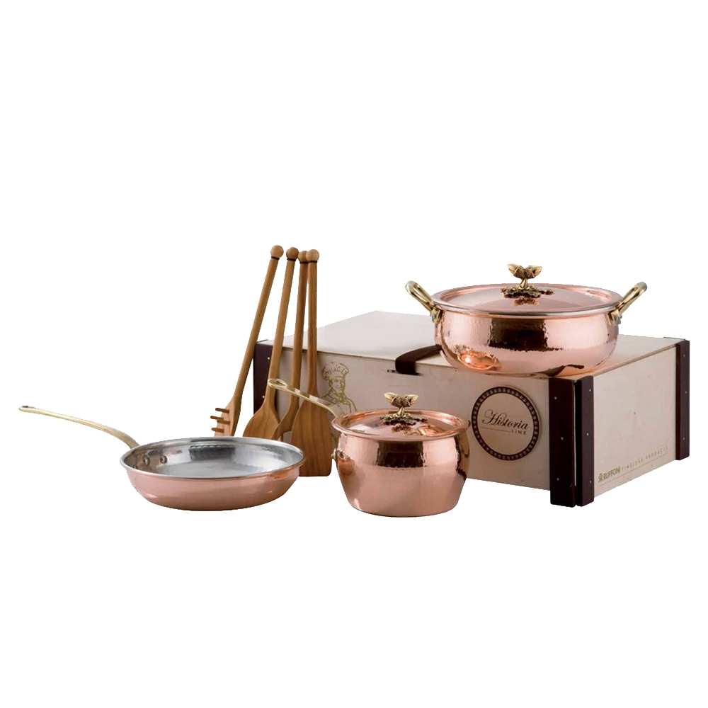 Набор медной посуды, крышки с бронзовой декорированной ручкой,  RUFFONI Historia decor арт. 3305B RuffoniНаборы посуды<br>Набор медной посуды, крышки с бронзовой декорированной ручкой, RUFFONI Historia decor арт. 3305B Ruffoni<br><br>В набор входит:<br><br>Сотейник с крышкой - 4 л, 24 см<br>Ковш с крышкой - 2.3 л, 16 см<br>Сковорода - 24 см<br>4 деревянные лопатки<br><br>вид упаковки: подарочнаякрышка: естьматериал: медьпокрытие: оловоручки: фиксированныестрана: Италиятип варочной поверхности: все типы поверхностей, кроме индукционной<br>Медные кастрюли, сковороды и сотейники коллекции Historia decor от итальянской компании Ruffoni неизменно привлекают внимание окружающих своим уникальным дизайном. Художники компании дополнили классические линии итальянской кухонной посуды, оригинальными элементами — изготовленными вручную ручками крышек из бронзы.<br>Кухонная утварь Historia decor привнесёт на вашу кухню неповторимую атмосферу домашнего уюта, сделает пространство столовой комнаты чуть светлее и теплее.<br>При этом эти кастрюли не являются элементом декора. Приготовленные в них блюда не пригорают и лучше сохраняют свой вкус и аромат. Это достигается благодаря исключительным теплопроводным свойствам меди, которая равномерно нагревается и долго отдаёт полученное тепло. Ещё одной особенностью посуды Historia decor является внутреннее покрытие из олова, нанесённого методом лужения.<br>Официальный продавец RUFFONI<br>