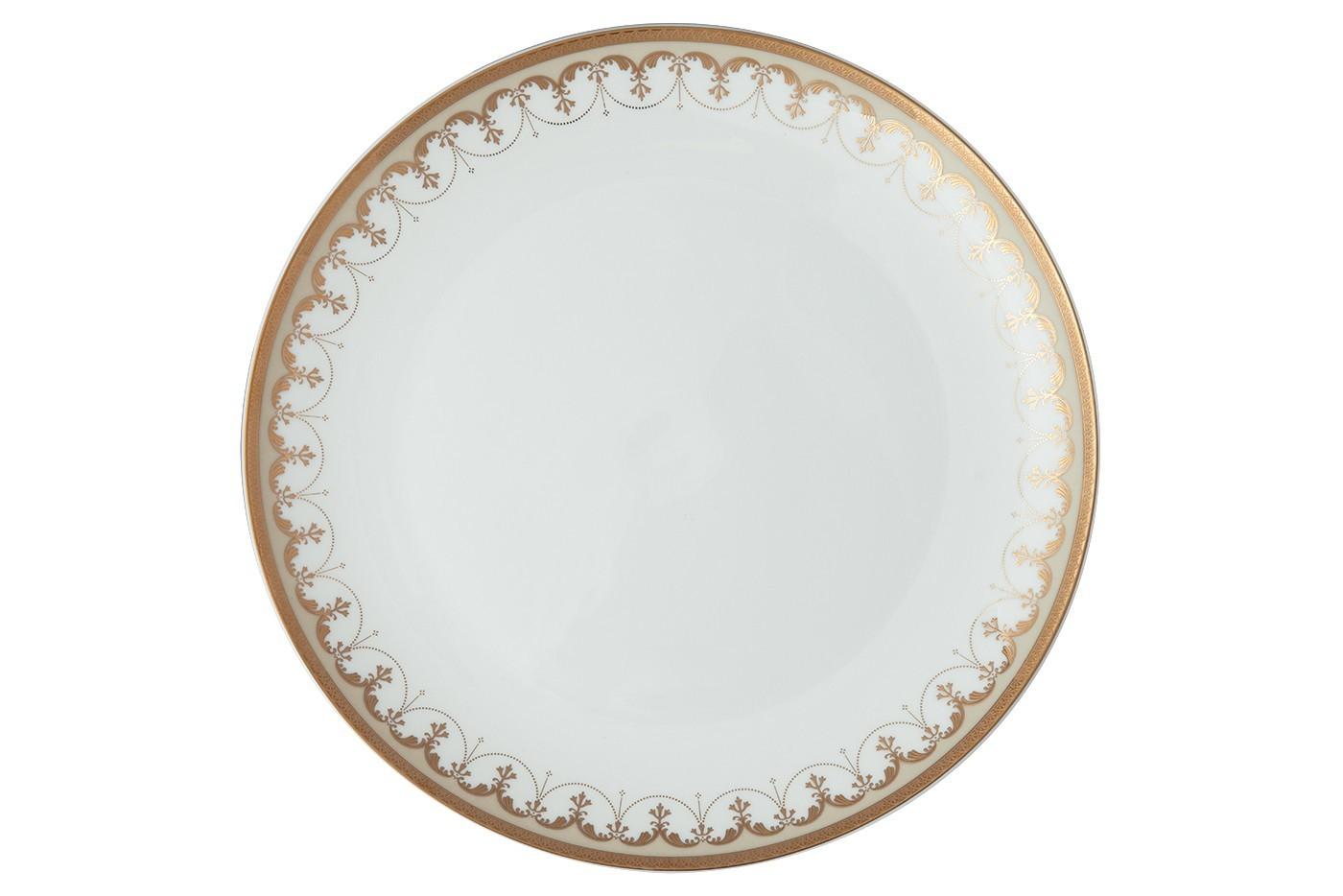 Набор из 6 тарелок Royal Aurel Империал (25см) арт.631Наборы тарелок<br>Набор из 6 тарелок Royal Aurel Империал (25см) арт.631<br>Производить посуду из фарфора начали в Китае на стыке 6-7 веков. Неустанно совершенствуя и селективно отбирая сырье для производства посуды из фарфора, мастерам удалось добиться выдающихся характеристик фарфора: белизны и тонкостенности. В XV веке появился особый интерес к китайской фарфоровой посуде, так как в это время Европе возникла мода на самобытные китайские вещи. Роскошный китайский фарфор являлся изыском и был в новинку, поэтому он выступал в качестве подарка королям, а также знатным людям. Такой дорогой подарок был очень престижен и по праву являлся элитной посудой. Как известно из многочисленных исторических документов, в Европе китайские изделия из фарфора ценились практически как золото. <br>Проверка изделий из костяного фарфора на подлинность <br>По сравнению с производством других видов фарфора процесс производства изделий из настоящего костяного фарфора сложен и весьма длителен. Посуда из изящного фарфора - это элитная посуда, которая всегда ассоциируется с богатством, величием и благородством. Несмотря на небольшую толщину, фарфоровая посуда - это очень прочное изделие. Для демонстрации плотности и прочности фарфора можно легко коснуться предметов посуды из фарфора деревянной палочкой, и тогда мы услушим характерный металлический звон. В составе фарфоровой посуды присутствует костяная зола, благодаря чему она может быть намного тоньше (не более 2,5 мм) и легче твердого или мягкого фарфора. Безупречная белизна - ключевой признак отличия такого фарфора от других. Цвет обычного фарфора сероватый или ближе к голубоватому, а костяной фарфор будет всегда будет молочно-белого цвета. Характерная и немаловажная деталь - это невесомая прозрачность изделий из фарфора такая, что сквозь него проходит свет.<br>