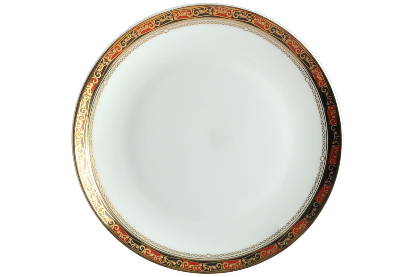 Набор из 6 тарелок Royal Aurel Дерби (20см) арт.526Наборы тарелок<br>Набор из 6 тарелок Royal Aurel Дерби (20см) арт.526<br>Производить посуду из фарфора начали в Китае на стыке 6-7 веков. Неустанно совершенствуя и селективно отбирая сырье для производства посуды из фарфора, мастерам удалось добиться выдающихся характеристик фарфора: белизны и тонкостенности. В XV веке появился особый интерес к китайской фарфоровой посуде, так как в это время Европе возникла мода на самобытные китайские вещи. Роскошный китайский фарфор являлся изыском и был в новинку, поэтому он выступал в качестве подарка королям, а также знатным людям. Такой дорогой подарок был очень престижен и по праву являлся элитной посудой. Как известно из многочисленных исторических документов, в Европе китайские изделия из фарфора ценились практически как золото. <br>Проверка изделий из костяного фарфора на подлинность <br>По сравнению с производством других видов фарфора процесс производства изделий из настоящего костяного фарфора сложен и весьма длителен. Посуда из изящного фарфора - это элитная посуда, которая всегда ассоциируется с богатством, величием и благородством. Несмотря на небольшую толщину, фарфоровая посуда - это очень прочное изделие. Для демонстрации плотности и прочности фарфора можно легко коснуться предметов посуды из фарфора деревянной палочкой, и тогда мы услушим характерный металлический звон. В составе фарфоровой посуды присутствует костяная зола, благодаря чему она может быть намного тоньше (не более 2,5 мм) и легче твердого или мягкого фарфора. Безупречная белизна - ключевой признак отличия такого фарфора от других. Цвет обычного фарфора сероватый или ближе к голубоватому, а костяной фарфор будет всегда будет молочно-белого цвета. Характерная и немаловажная деталь - это невесомая прозрачность изделий из фарфора такая, что сквозь него проходит свет.<br>