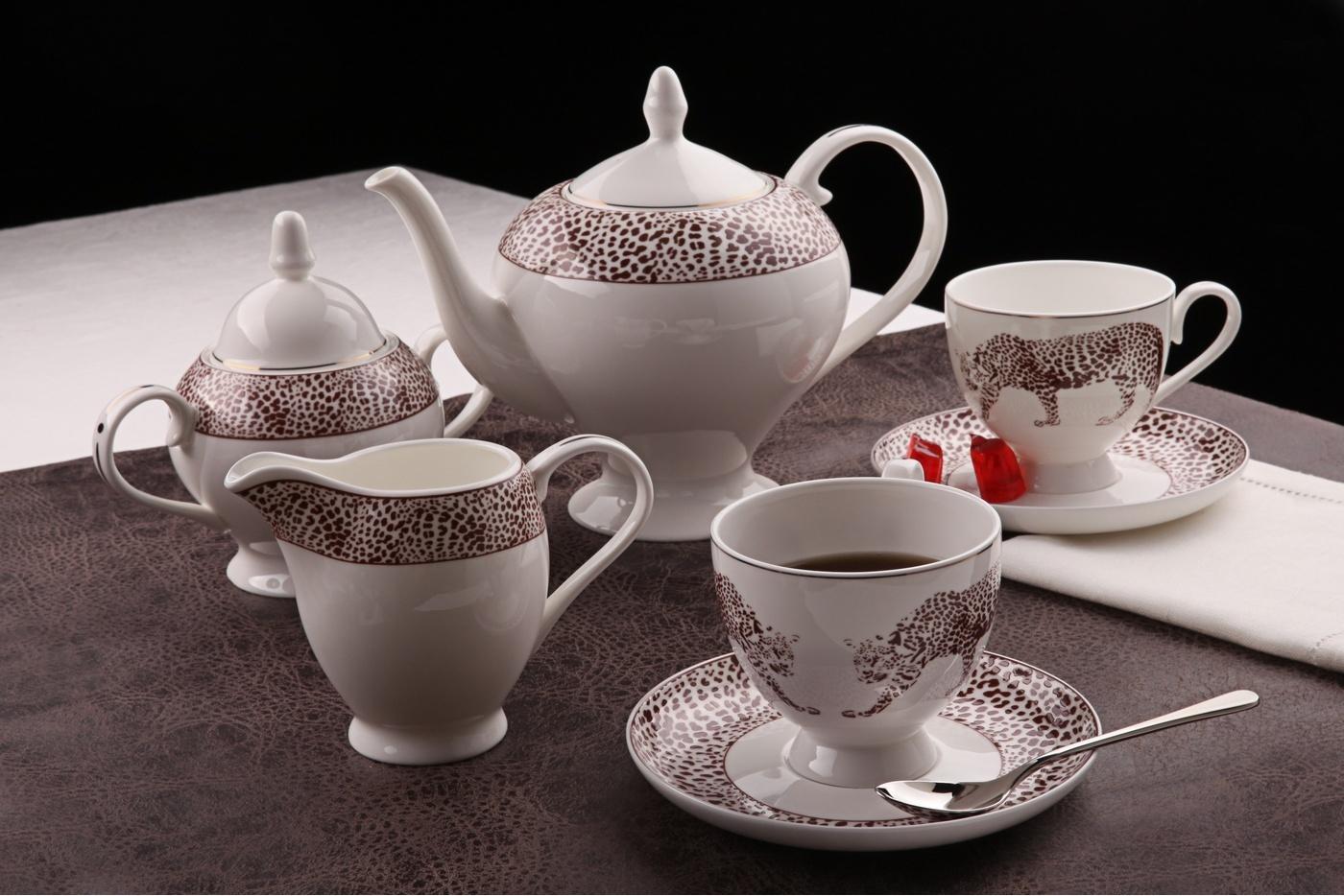 Чайный сервиз Royal Aurel Сафари арт.122, 15 предметовЧайные сервизы<br>Чайный сервиз Royal Aurel Сафари арт.122, 15 предметов<br><br><br><br><br><br><br><br><br><br><br>Чашка 270 мл,6 шт.<br>Блюдце 15 см,6 шт.<br>Чайник 1100 мл<br>Сахарница 370 мл<br><br><br><br><br><br><br><br><br>Молочник 300 мл<br><br><br><br><br><br><br><br><br>Производить посуду из фарфора начали в Китае на стыке 6-7 веков. Неустанно совершенствуя и селективно отбирая сырье для производства посуды из фарфора, мастерам удалось добиться выдающихся характеристик фарфора: белизны и тонкостенности. В XV веке появился особый интерес к китайской фарфоровой посуде, так как в это время Европе возникла мода на самобытные китайские вещи. Роскошный китайский фарфор являлся изыском и был в новинку, поэтому он выступал в качестве подарка королям, а также знатным людям. Такой дорогой подарок был очень престижен и по праву являлся элитной посудой. Как известно из многочисленных исторических документов, в Европе китайские изделия из фарфора ценились практически как золото. <br>Проверка изделий из костяного фарфора на подлинность <br>По сравнению с производством других видов фарфора процесс производства изделий из настоящего костяного фарфора сложен и весьма длителен. Посуда из изящного фарфора - это элитная посуда, которая всегда ассоциируется с богатством, величием и благородством. Несмотря на небольшую толщину, фарфоровая посуда - это очень прочное изделие. Для демонстрации плотности и прочности фарфора можно легко коснуться предметов посуды из фарфора деревянной палочкой, и тогда мы услушим характерный металлический звон. В составе фарфоровой посуды присутствует костяная зола, благодаря чему она может быть намного тоньше (не более 2,5 мм) и легче твердого или мягкого фарфора. Безупречная белизна - ключевой признак отличия такого фарфора от других. Цвет обычного фарфора сероватый или ближе к голубоватому, а костяной фарфор будет всегда будет молочно-белого цвета. Характерная и немаловажная деталь - это невес